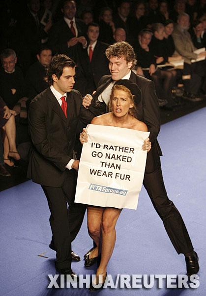 全裸美女咆哮巴黎t台 抗议动物毛皮做时装[图]