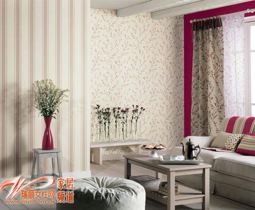 暖色碎花墙纸和浮水印效果淡色条纹墙纸,红色的花瓶做装饰,将客厅的