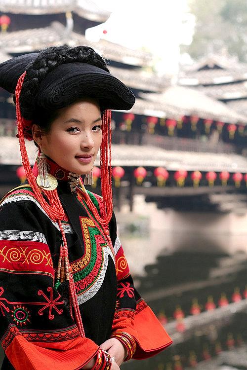 彝族第一美女玛嘿阿依讲述民族服装故事组图