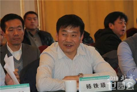 Yang Tieshun, Chairman of Tianjin Dashun International Flower Co., Ltd. is delivering a speech.