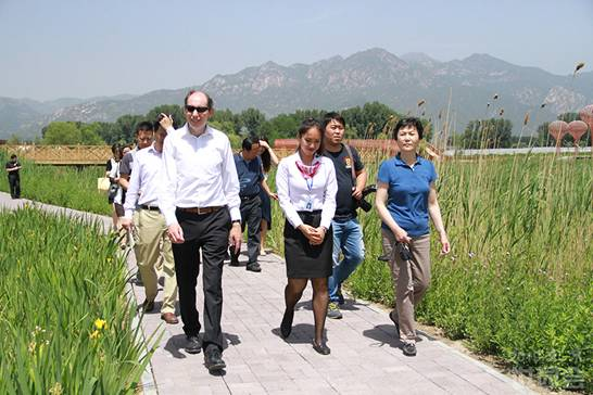Tim Briercliffe, Secretary General of AIPH and Liu Hong, Secretary General of China Flower Association are visiting International Grape Expo Garden.