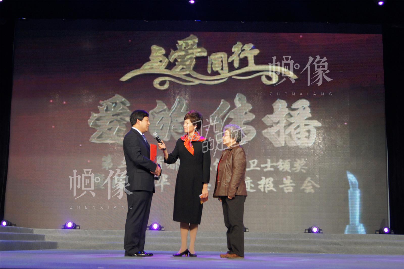 """2012年8月,王金海被评为""""首都十大健康卫士""""。(北京金海老年服务中心供图)"""