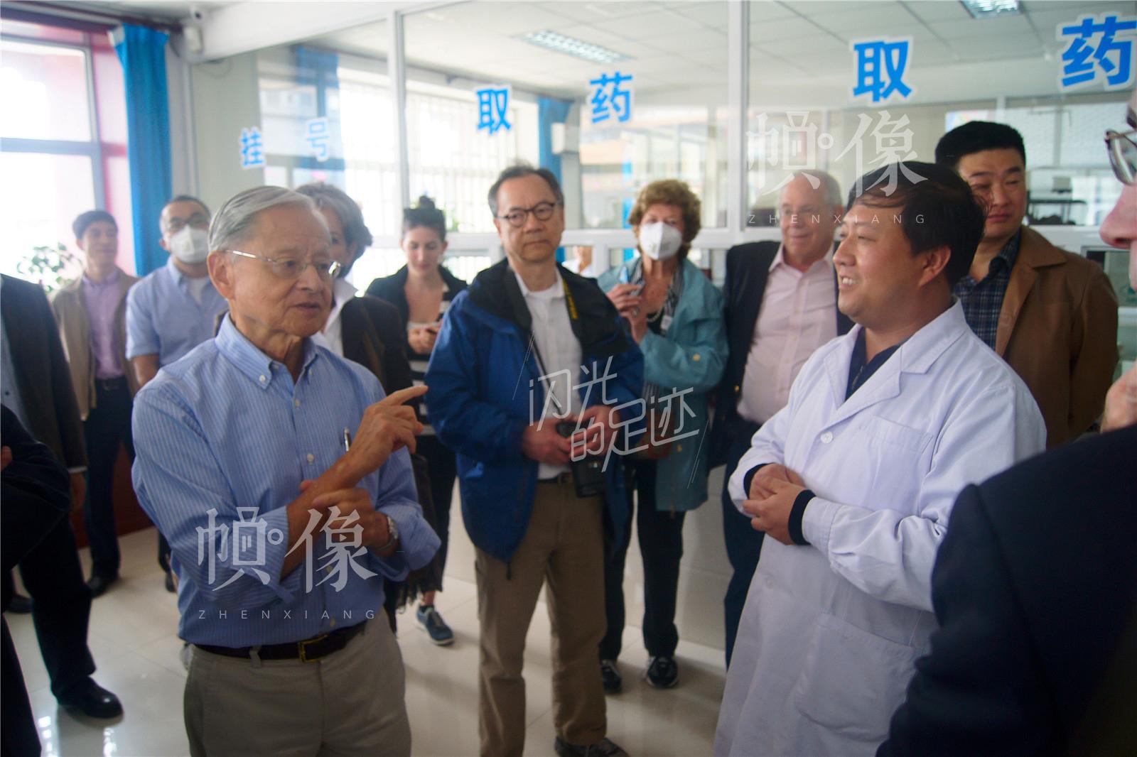 2014年3月,美国哈佛大学公共卫生管理学院教授参观农村卫生工作。(北京金海老年服务中心供图)