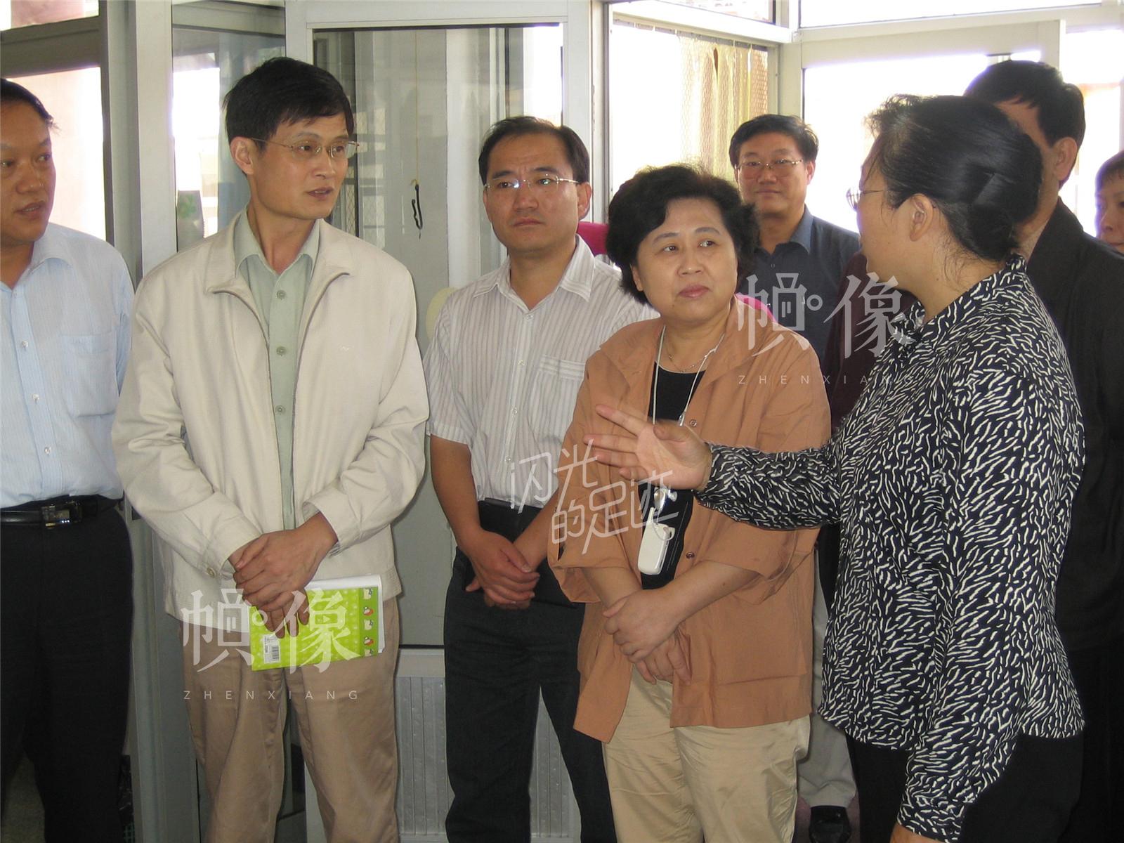 2005年9月,北京市中医局赵静局长检查中医工作。(北京金海老年服务中心供图)