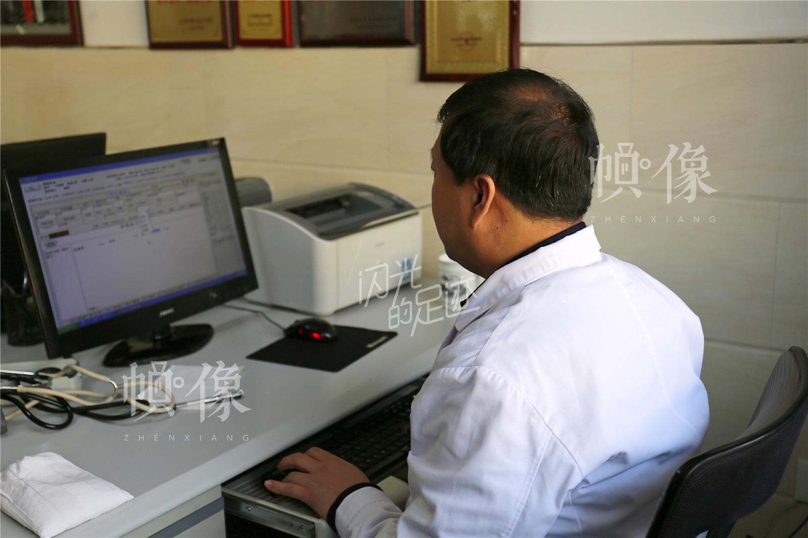 每天坐诊是王金海雷打不动的工作内容,仅2016年来到王金海中医门诊就医的人数超过3万人。中国网记者 黄富友 摄