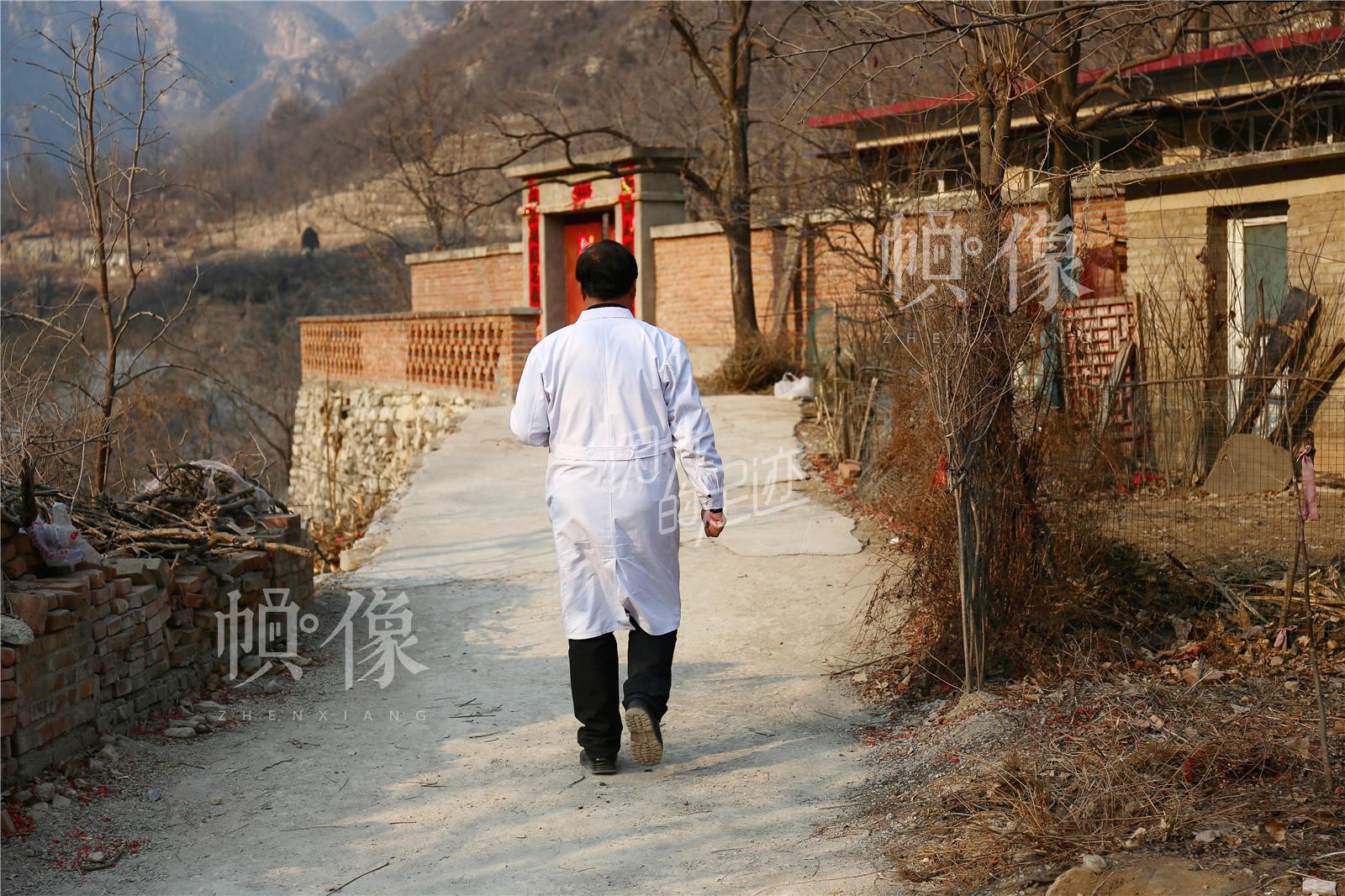 上午接到附近村子老人的电话,王金海一直忙到下午两点才抽出时间驱车30分钟到张坊镇东关上村病人家中。中国网记者 黄富友 摄