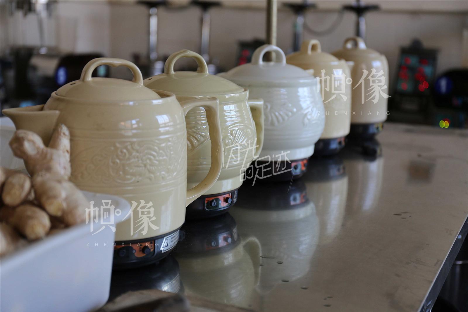 图为煎药用的器皿。中国网记者 黄富友 摄