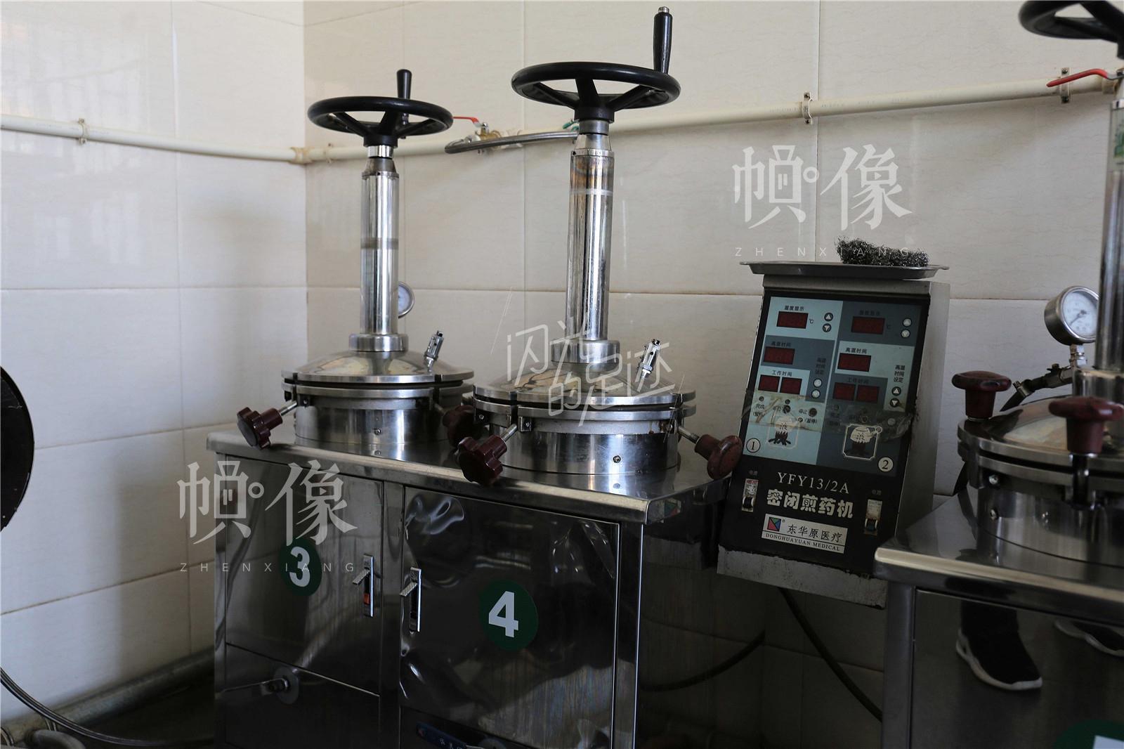 作为建院的第一批密闭煎药机,15年过去了,机器内外依旧如新。中国网记者 黄富友 摄