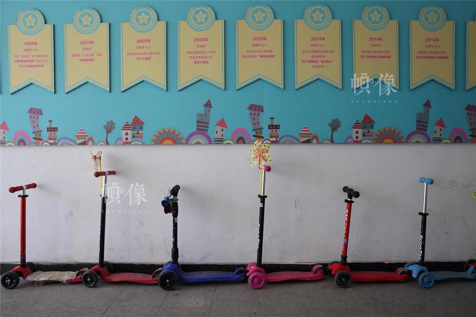 2017年3月27日,北京星星雨教育研究所,前來上課的孩子們的玩具車整齊地擺在校門內的墻邊。中國網記者陳維松 攝