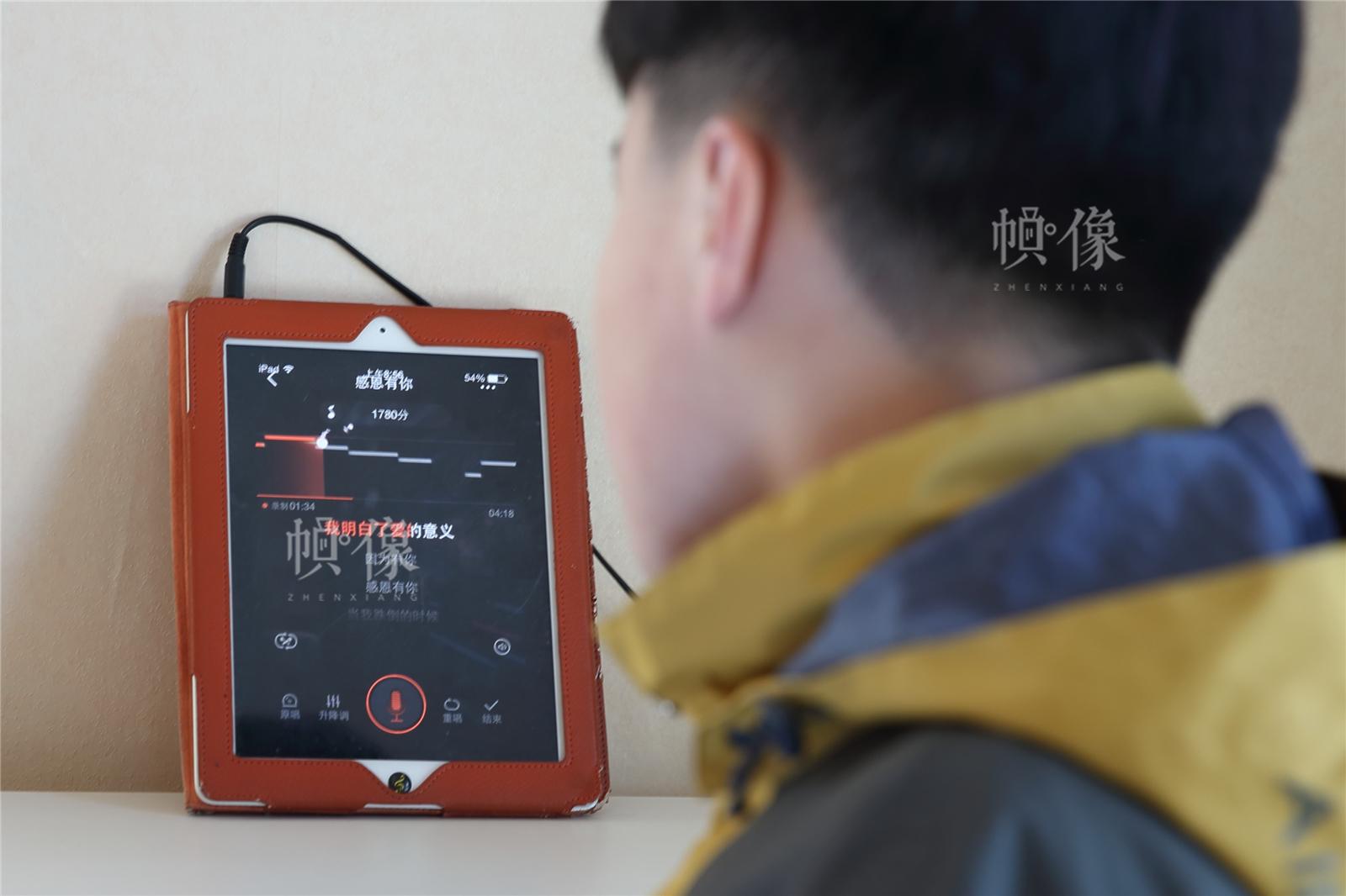 2017年3月27日,北京星星雨教育研究所,14歲的自閉症孩子旭旭在唱《感恩有你》。中國網記者陳維松 攝