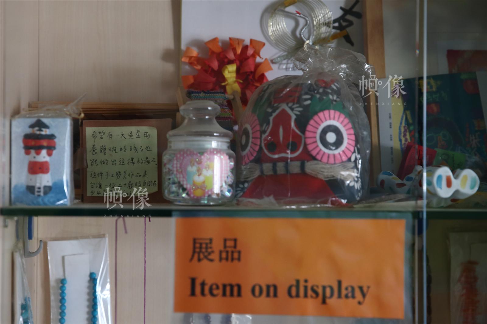 2017年3月27日,北京星星雨教育研究所,展櫃裏擺放著一些自閉症孩子的手工作品。中國網記者陳維松 攝