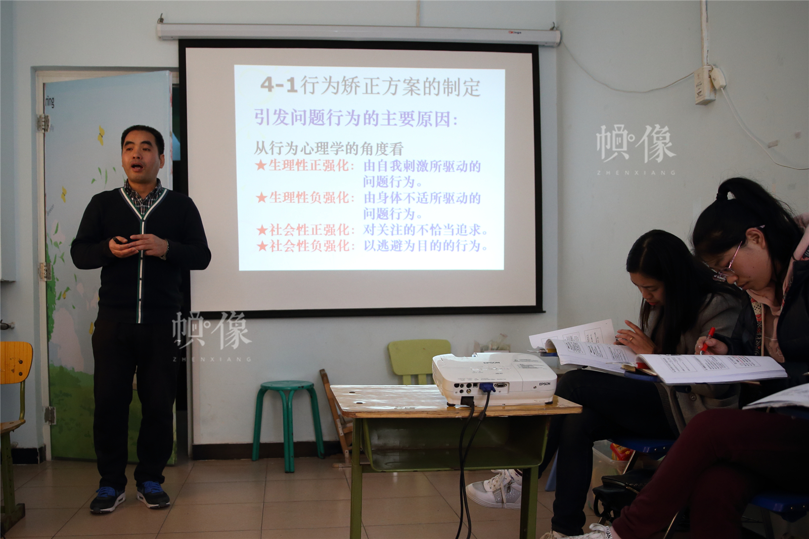 2017年3月27日,北京星星雨教育研究所,青少部主任吳良生在培訓新老師。中國網記者陳維松 攝