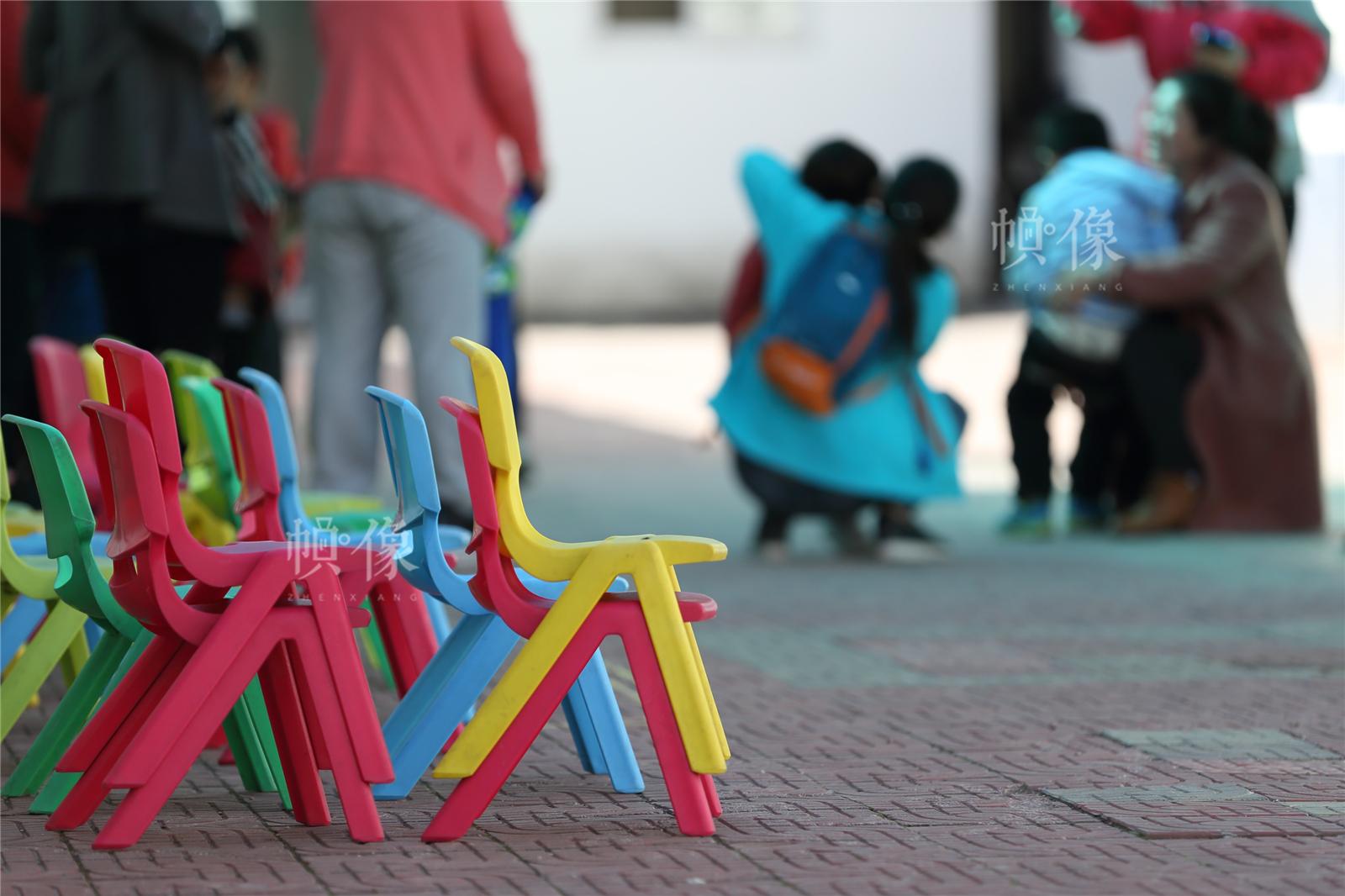 2017年3月27日,北京星星雨教育研究所,家長帶著孩子們在操場訓練。中國網記者陳維松 攝