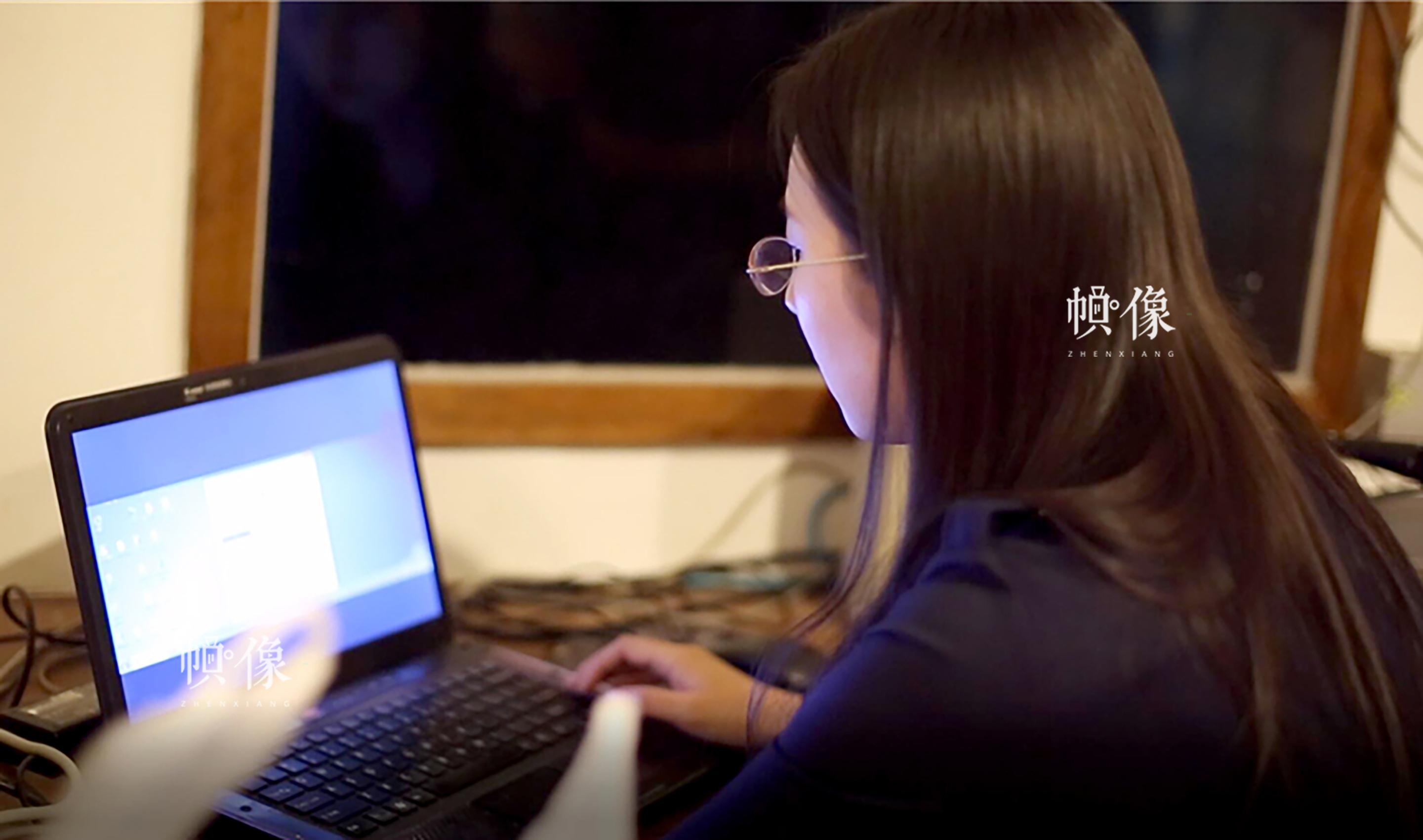 2017年4月18日,正值北京国际电影节,在中国电影资料馆一个普通放映厅的二楼独立小屋中,电影字幕员周立烨透过身侧的玻璃紧张地看着电影银幕,两只手在一台带有专业字幕机软件的笔记本电脑的键盘和鼠标上不停点按。 中国网记者 焦源源 摄