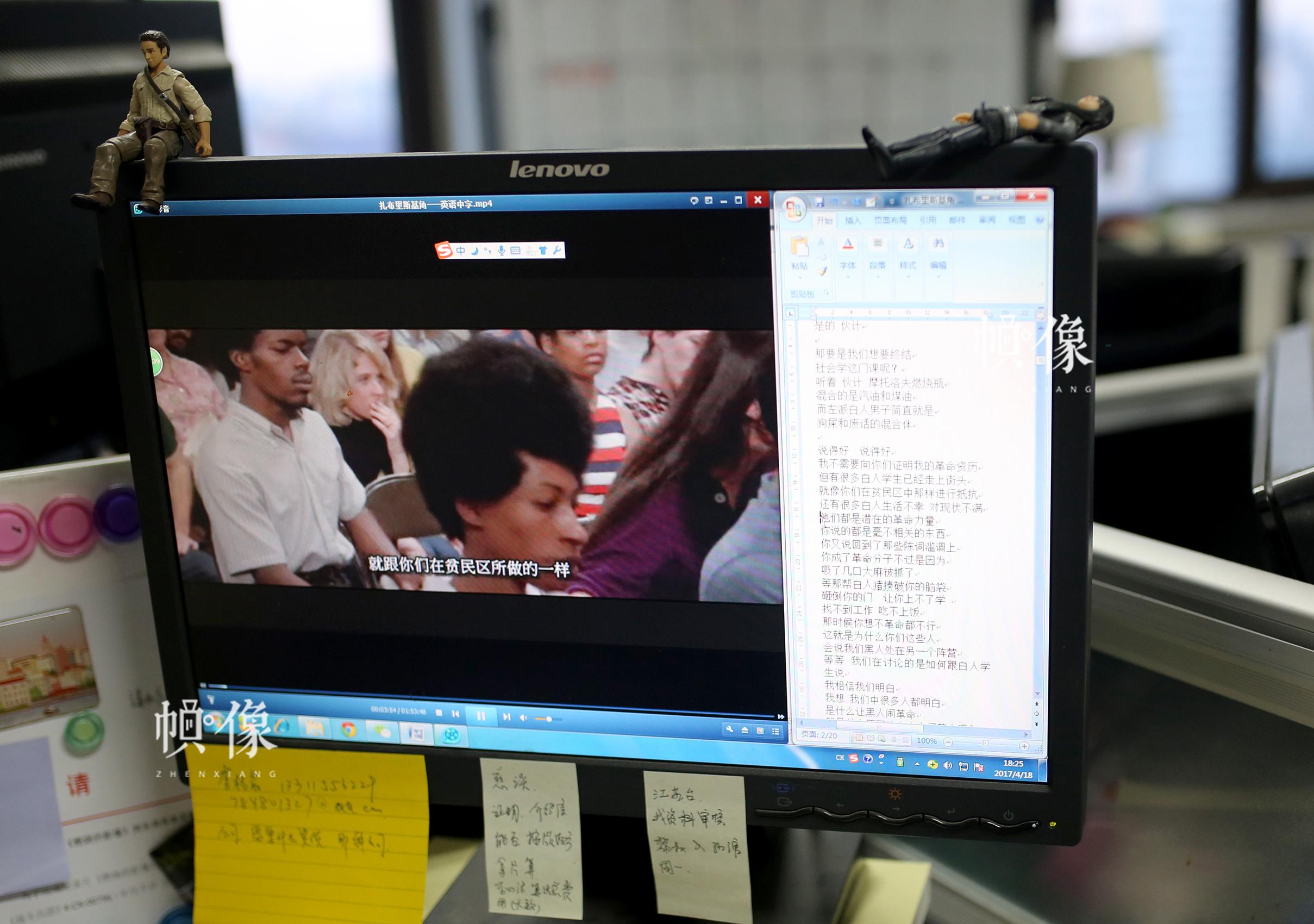 周立烨下班后在电脑上练习电影《扎布里斯基角》的中文字幕。中国网记者 焦源源 摄