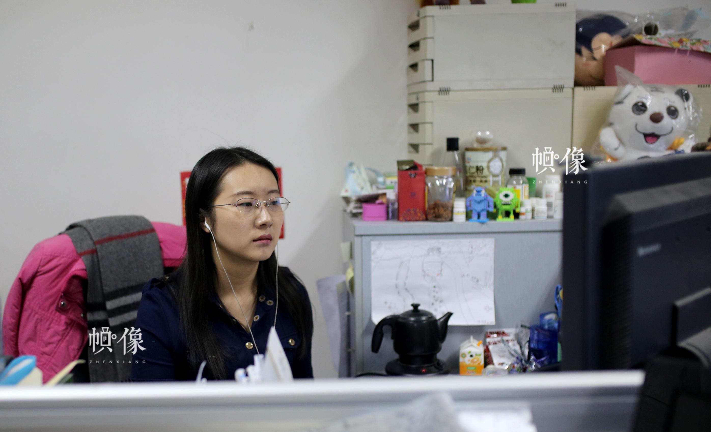 深夜,办公室只剩周立烨一人在熟悉第二天要上映的电影字幕。中国网记者 焦源源 摄