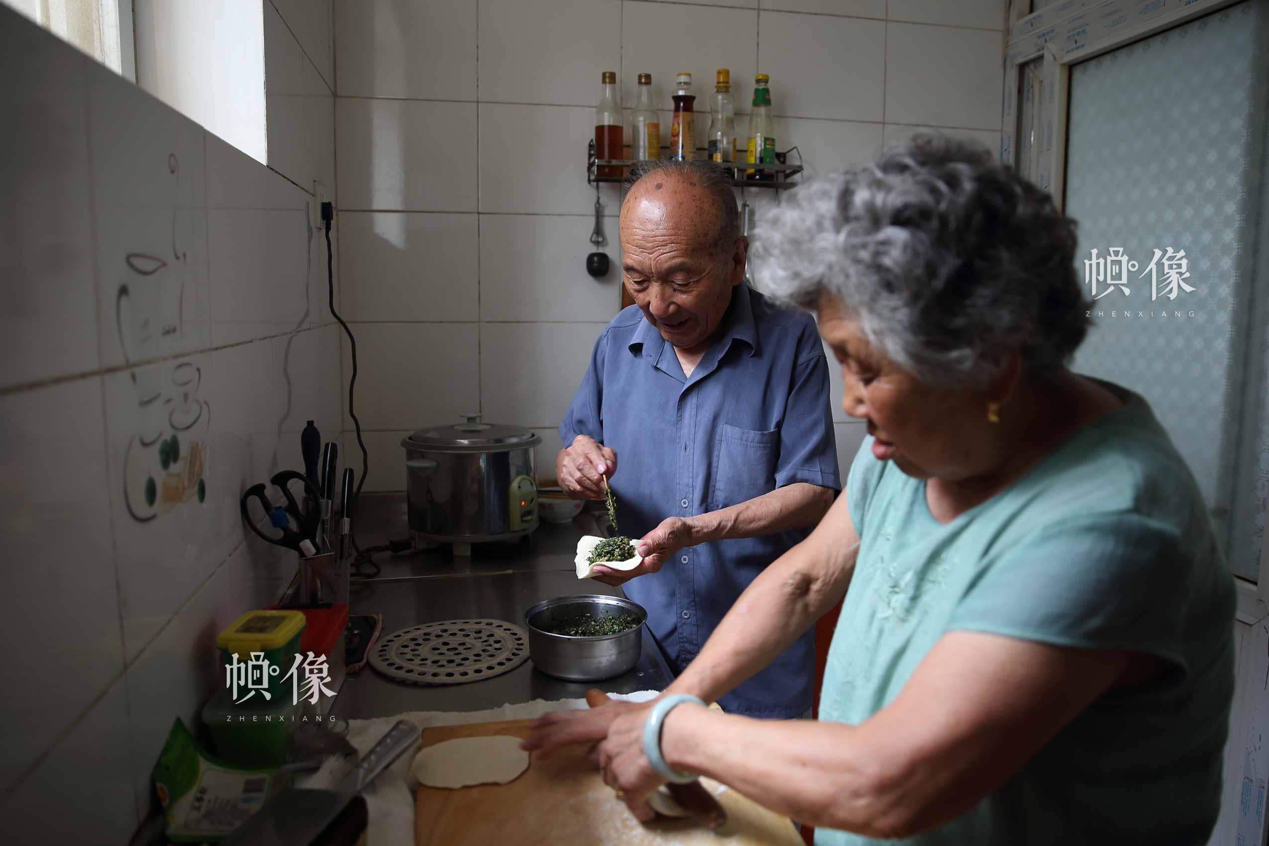郑福来和老伴儿李春生在家中准备午饭。中国网陈维松 摄