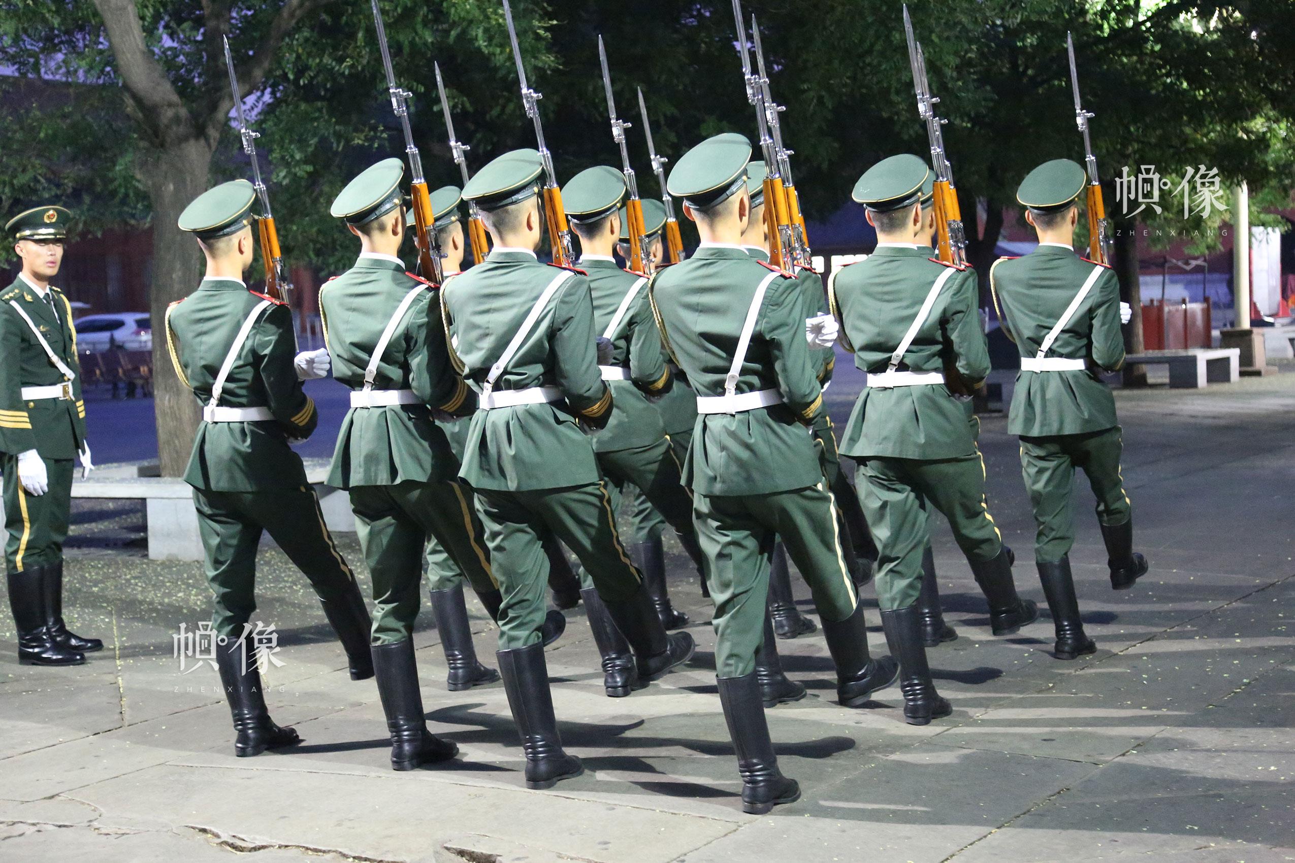 2017年7月28日,国旗护卫队员进行正步训练。中国网记者 黄富友 摄