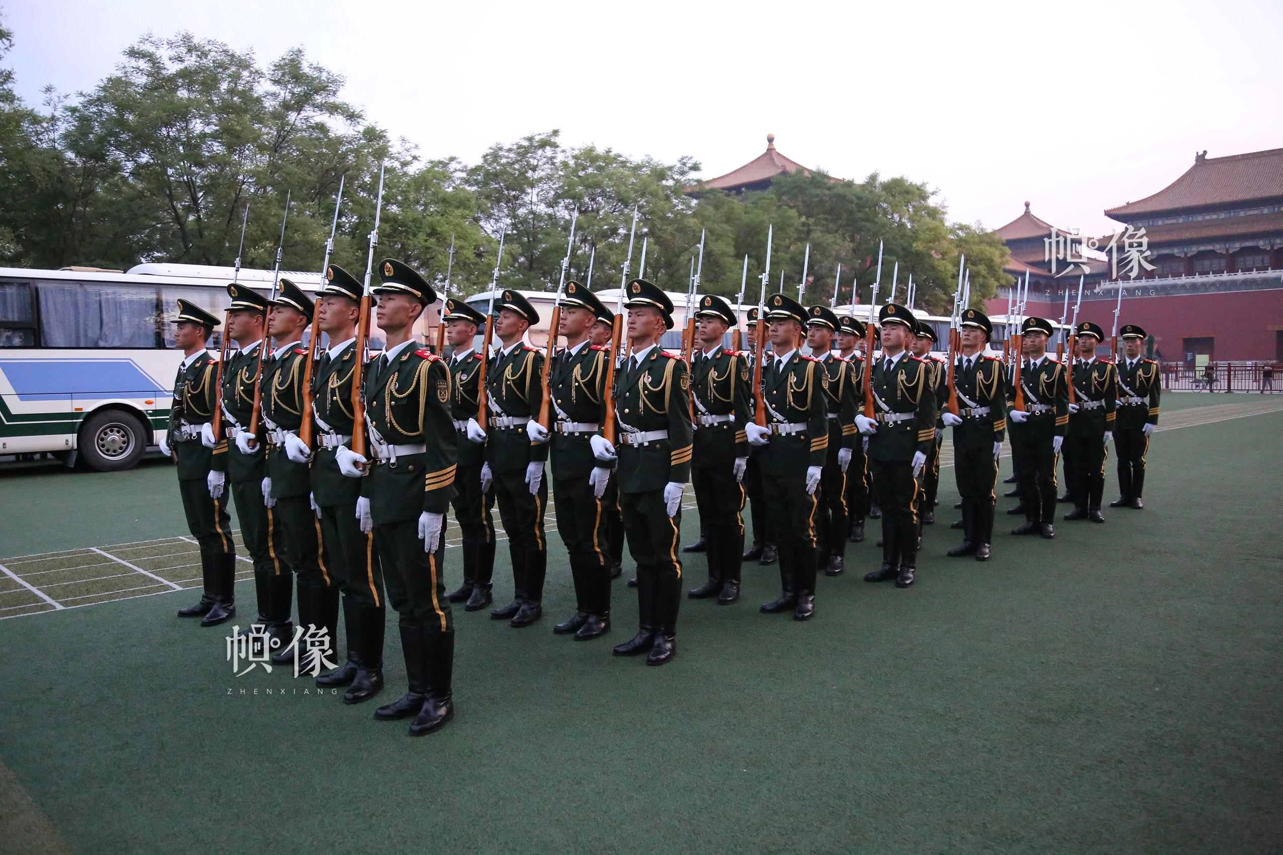 2017年7月28日,北京,国旗护卫队员进行操枪训练。 中国网记者 黄富友 摄