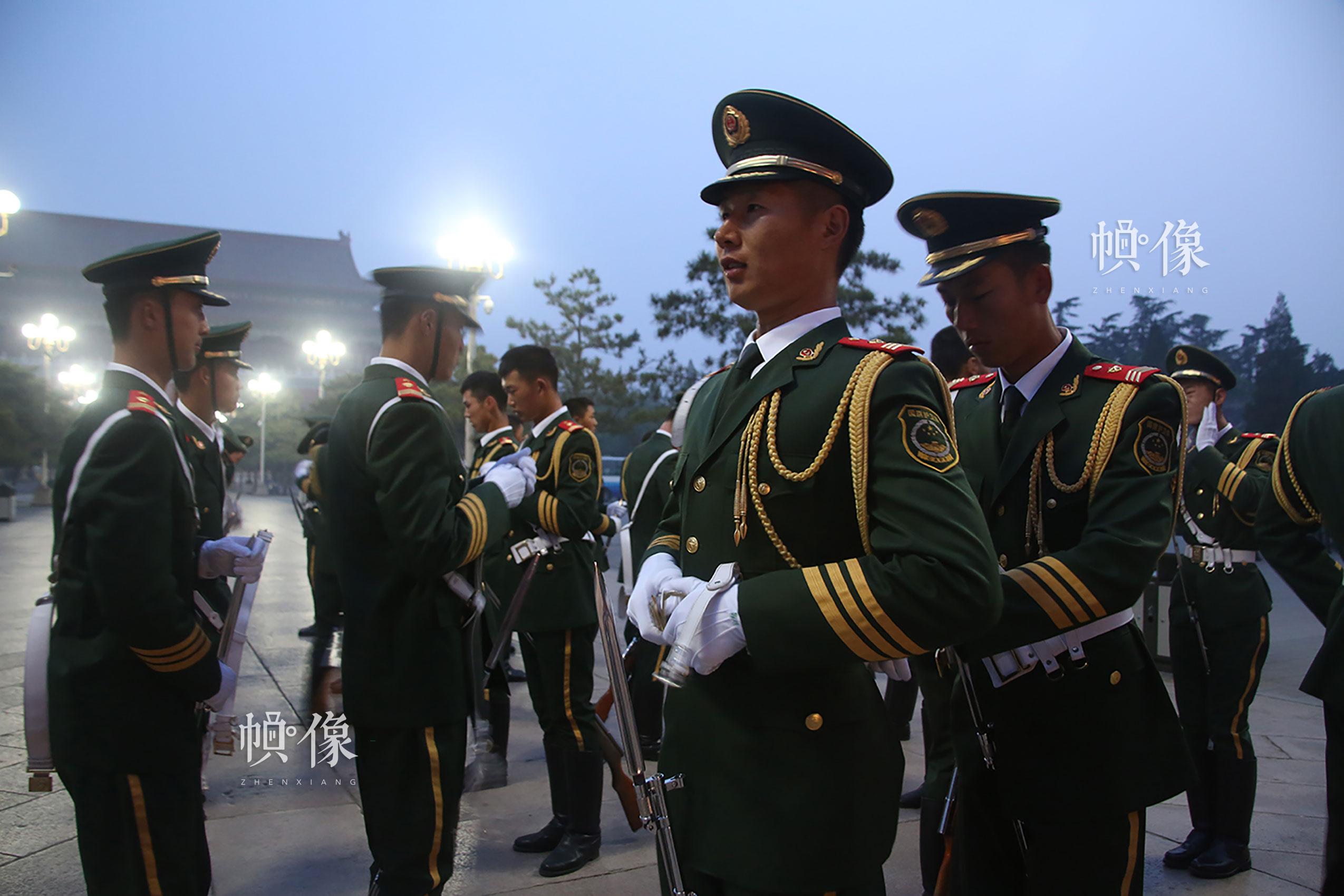 升旗前10分钟护卫队员们互相整理着装、调整军容。李超供图