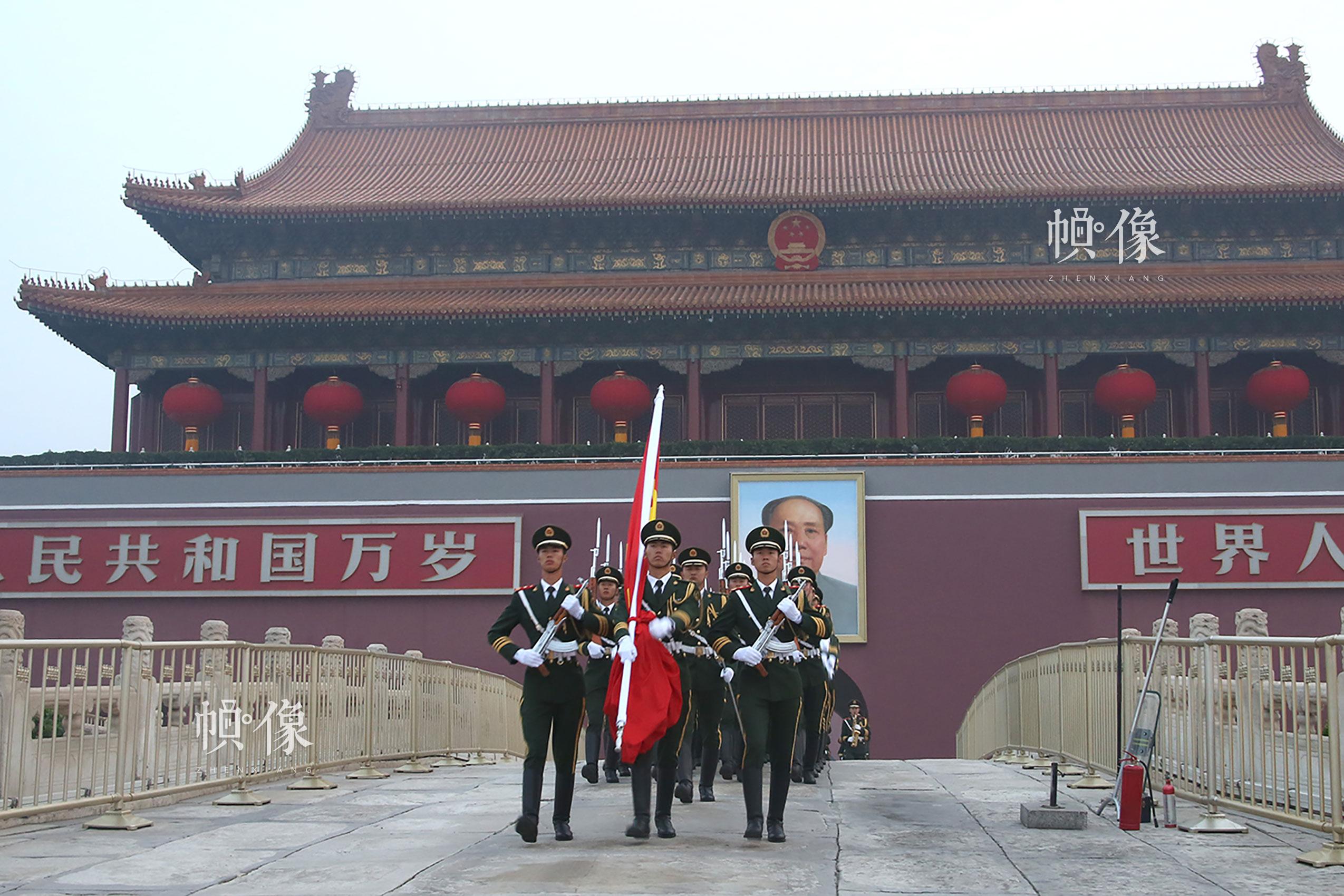 国旗护卫队员踏过金水桥穿过长安街向国旗基座走去。李超供图