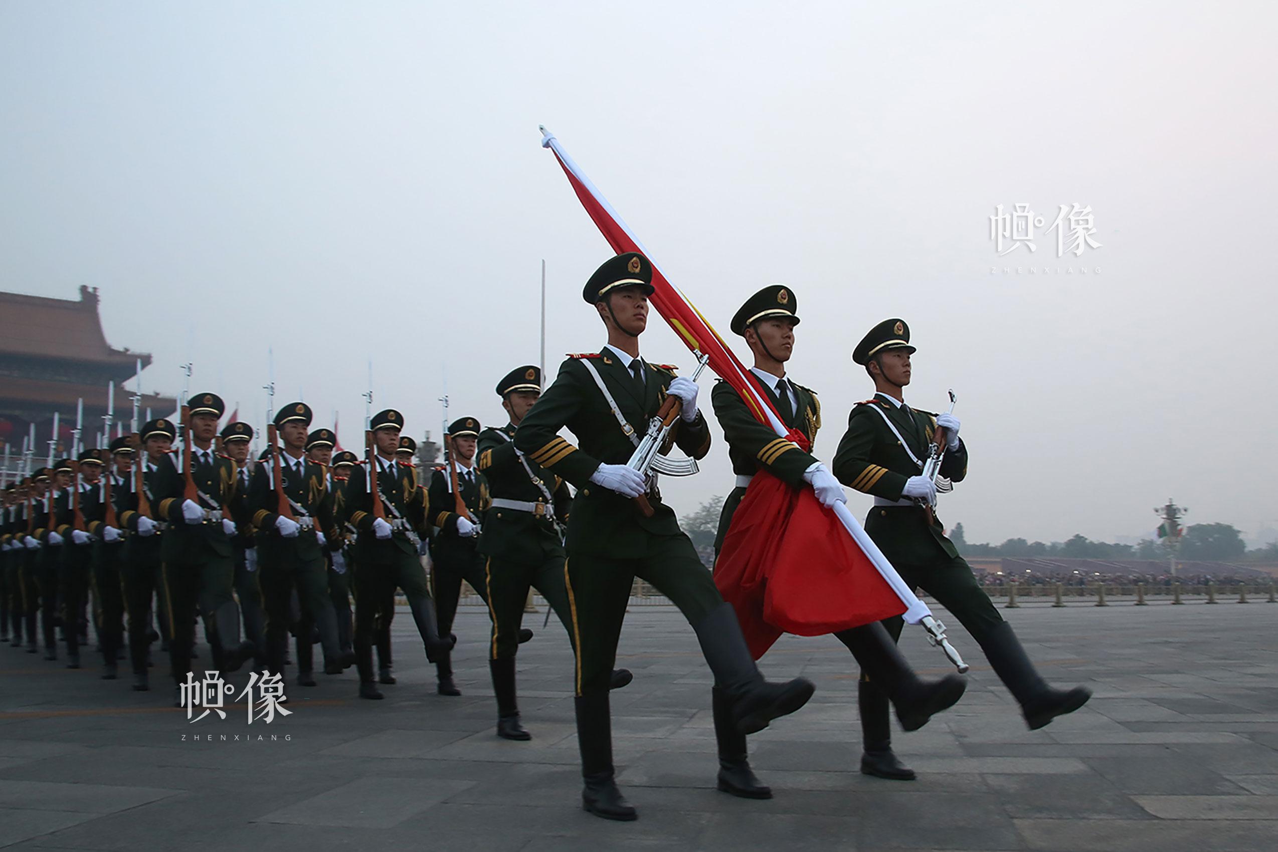升旗方队正步通过长安街。李超供图