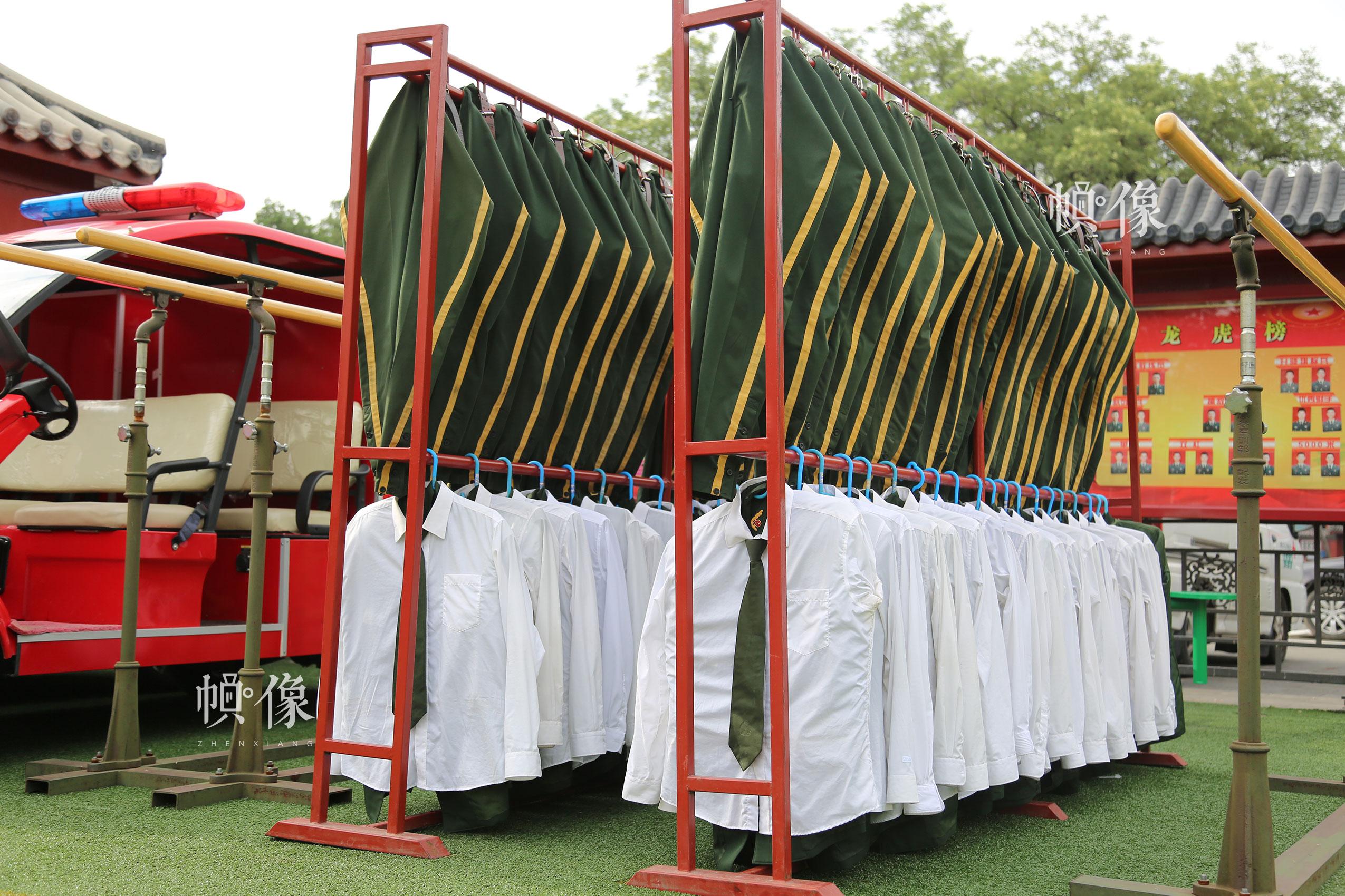 2017年7月28日,北京,国旗护卫队员汗水浸透的军装被整齐地挂在架子上晾晒。中国网记者 高南 摄