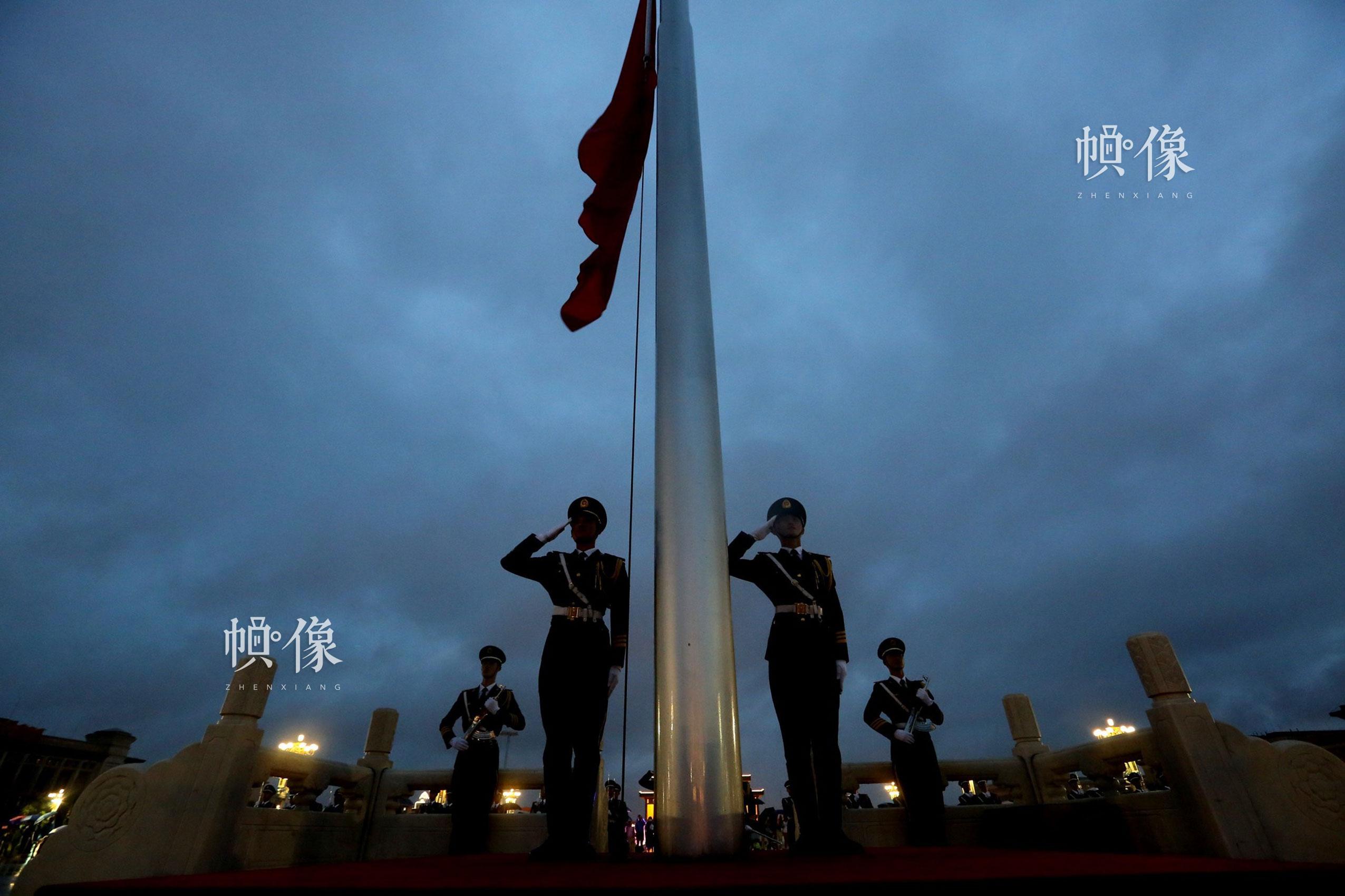 2016年7月21日,北京地区强降特大暴雨,武警天安门警卫支队国旗护卫队队员不惧风雨圆满完成天安门广场降旗任务。李超供图