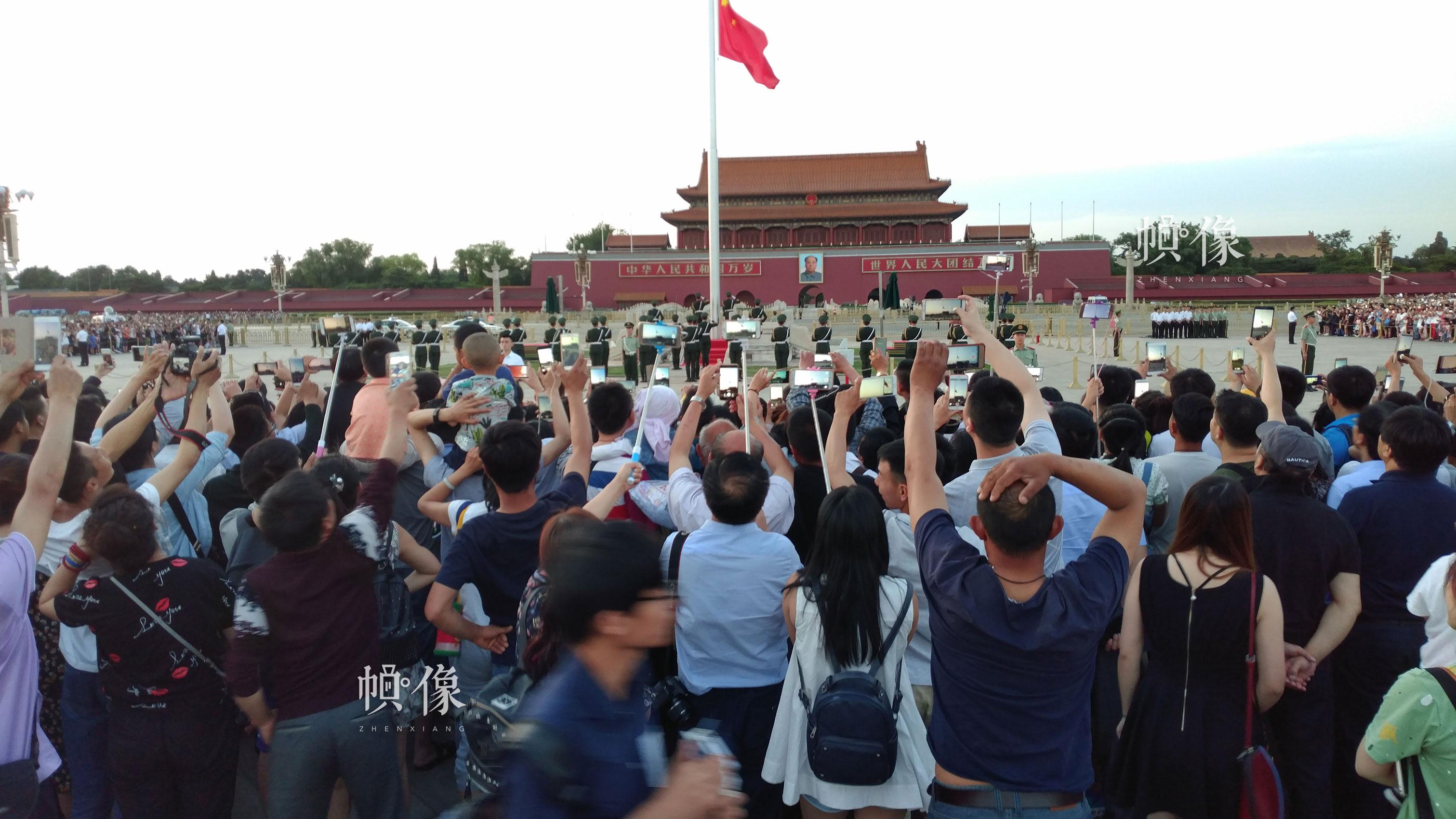 每天早上天安门广场都会有上万名中外游客前来观看升国旗仪式。李超供图