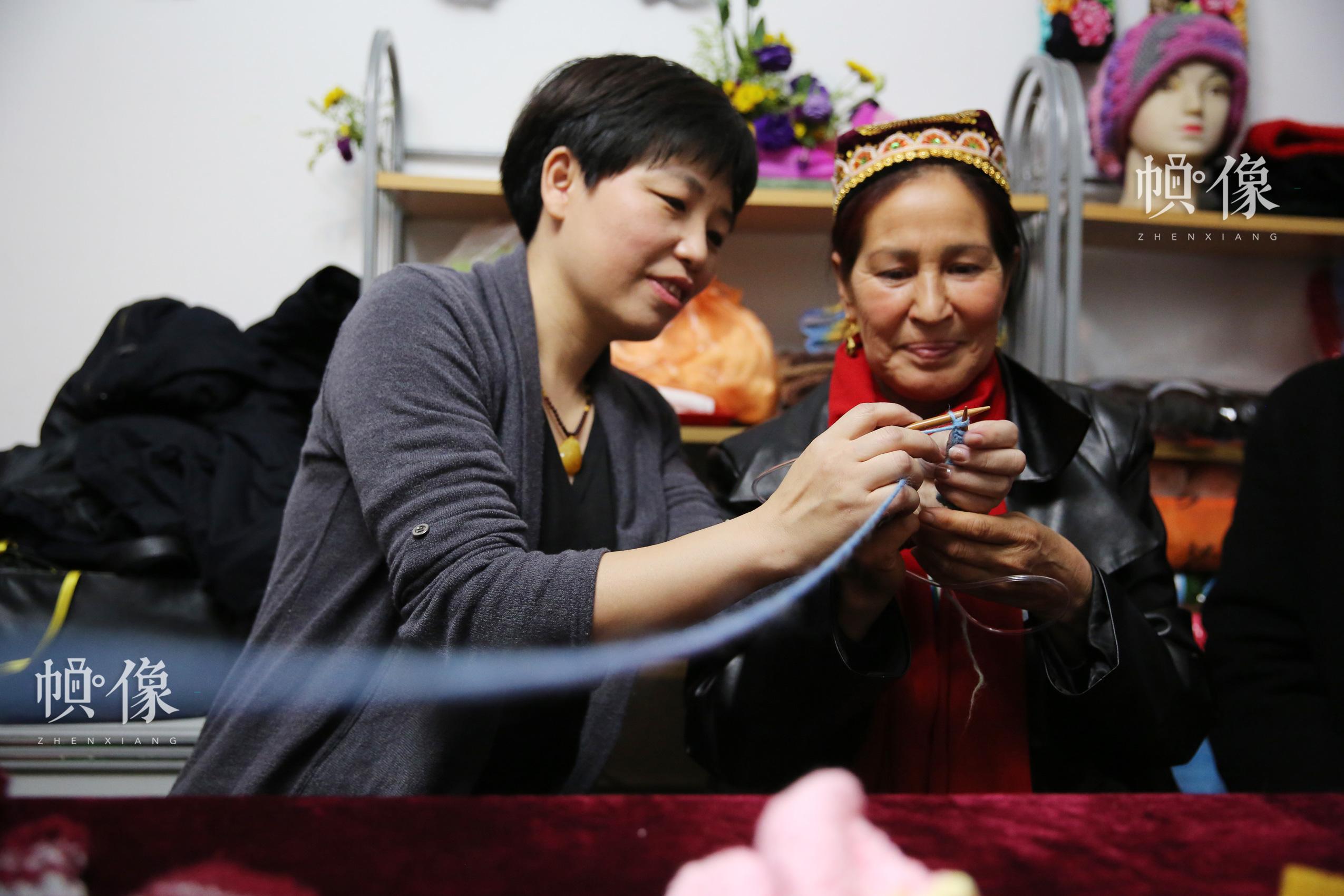 内地家庭与新疆家庭共织爱心毛衣。中国儿童少年基金会供图。