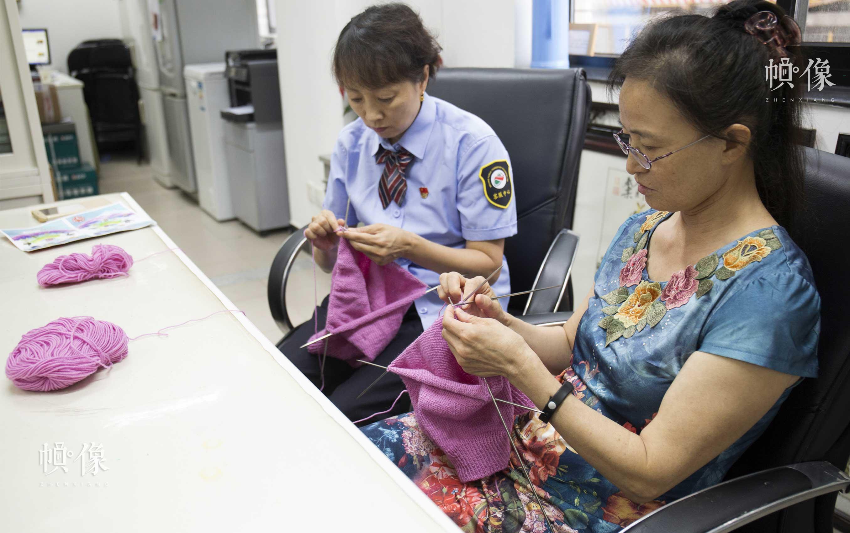 2017年7月18日,北京公交集团客户服务中心的爱心妈妈们在空闲的时候织毛衣。中国网实习记者 李欣颖 摄