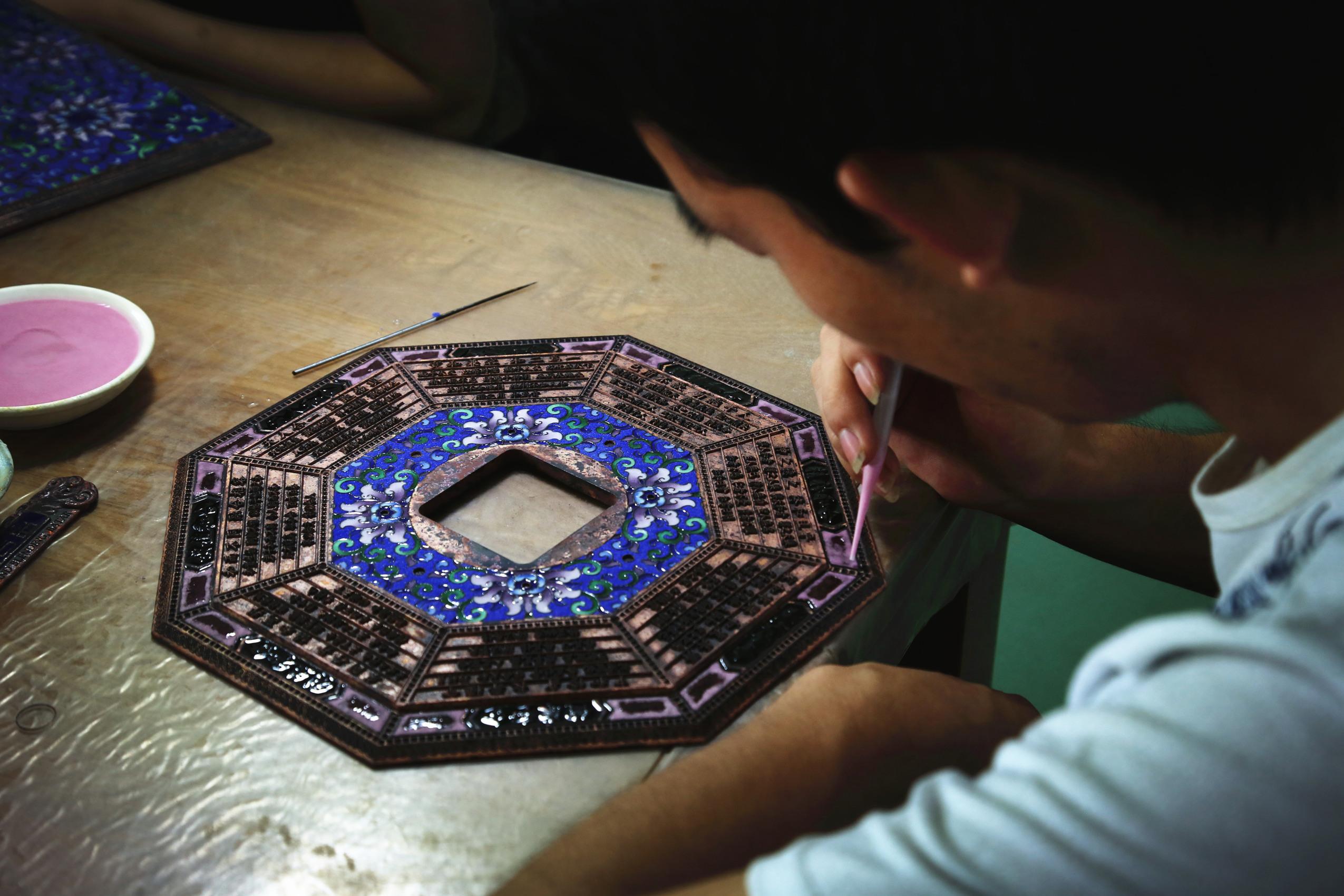 2017年9月5日,景泰蓝工匠进行点蓝工序。中国网记者 赵超 摄