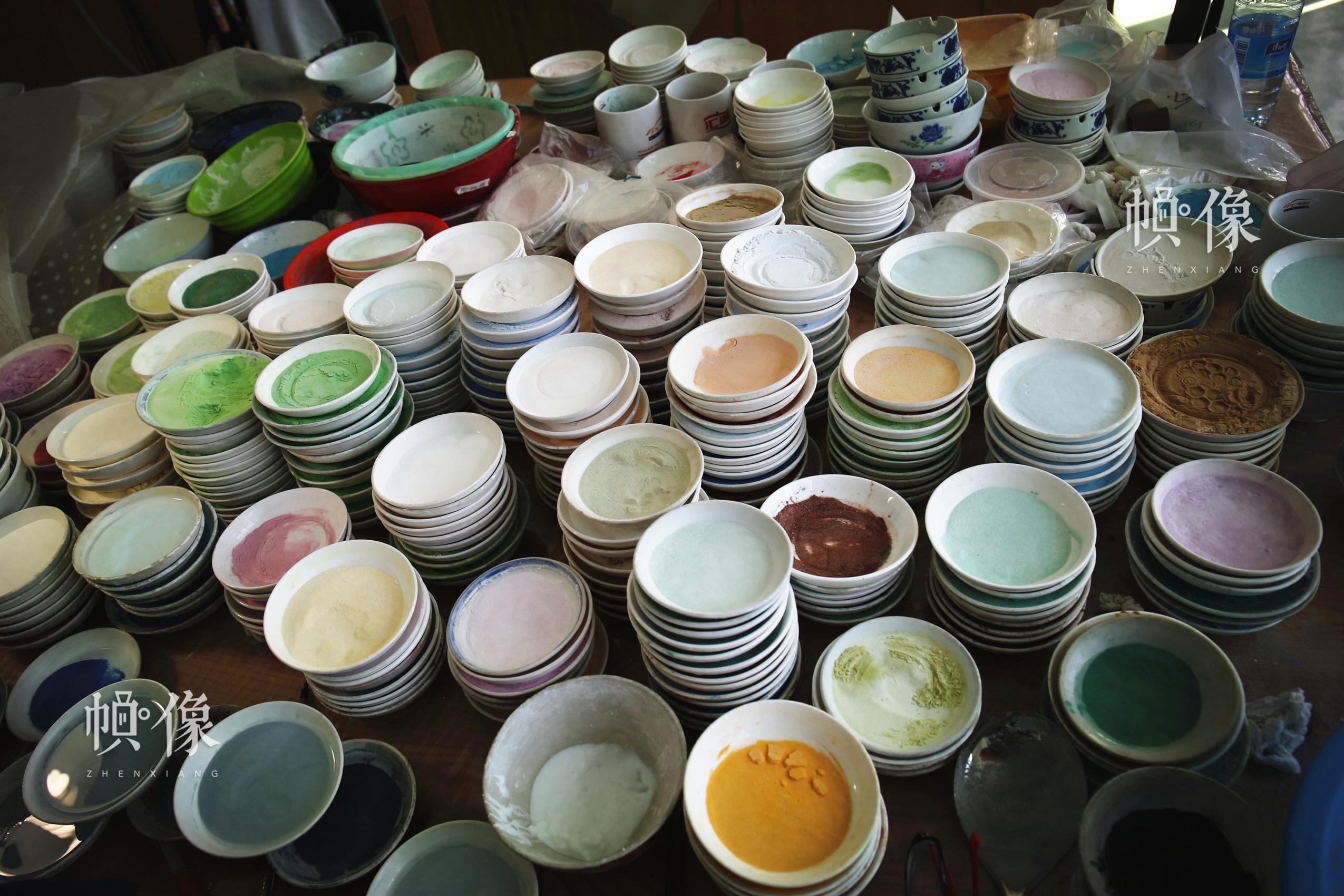 图为景泰蓝点蓝工序颜料碗。中国网记者 赵超 摄