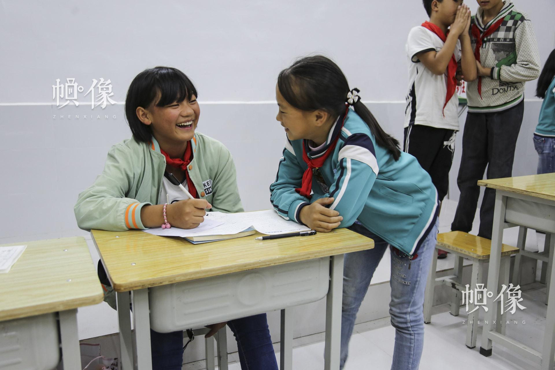 12岁的肖欢欢(左)是家里的小女儿,她19岁的姐姐在江西一所大学读大二。为了供肖欢欢的姐姐上大学,肖阳品去福建做搬运工?!八丫辛侥昝挥谢丶伊?,我一般一两年才可以见他一次?!毙せ痘端?。中国网记者 黄富友 摄