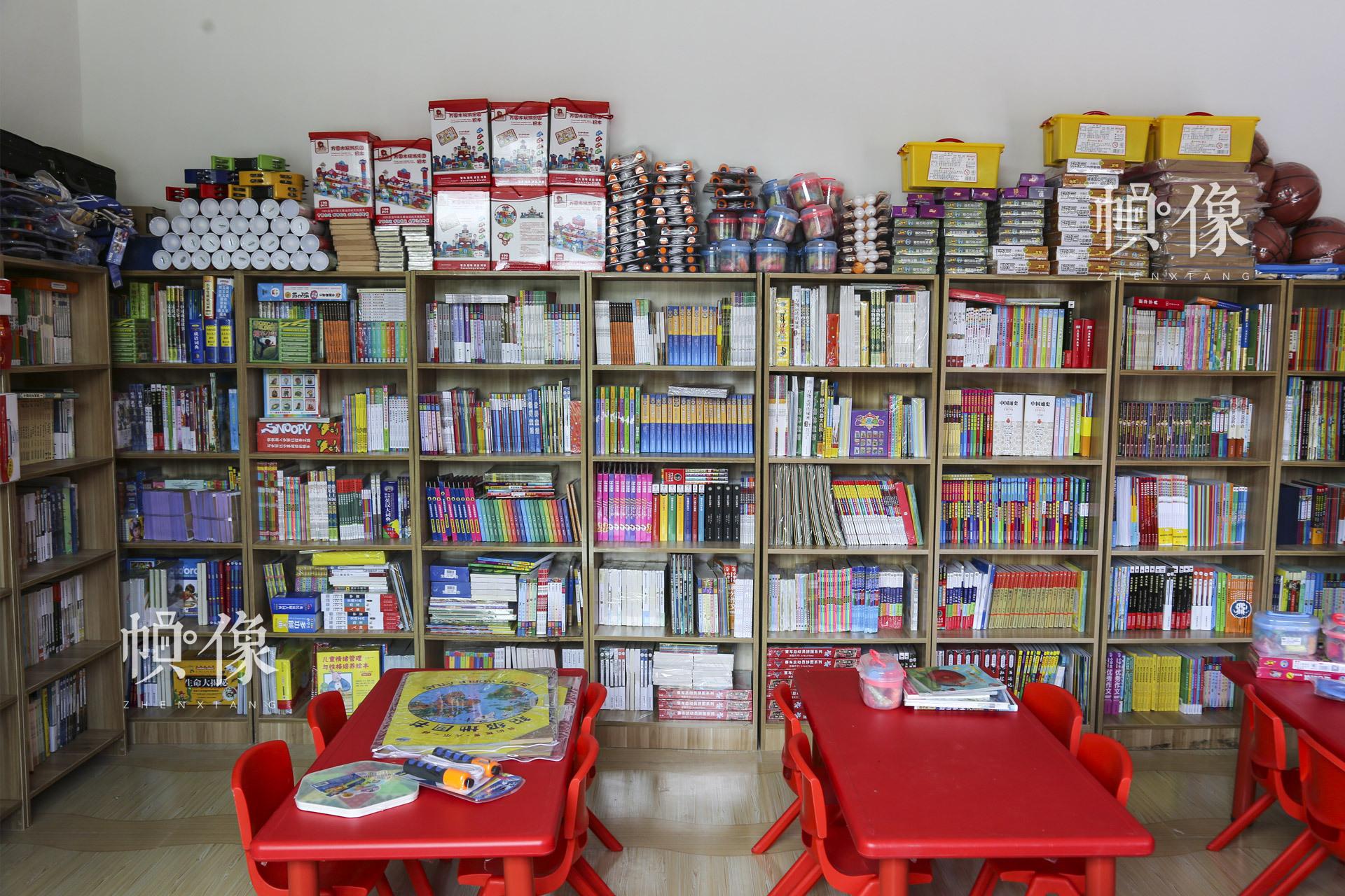"""从2017年7月起,安龙县3个儿童快乐家园正式投入使用。这里有宽敞明亮的儿童活动区、阅览区;有各式各样的儿童科教玩具以及管理人员、""""爱心妈妈""""和志愿者的精心呵护。中国网记者 黄富友 摄"""