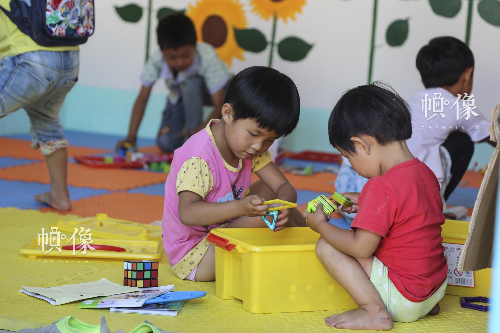 """""""儿童快乐家园""""是全国妇联、中国儿童少年基金会于2014年面向留守儿童集中的村镇社区推出的公益项目。目前,项目通过筹集社会爱心资金和中央专项彩票公益金支持,已在全国30个省(区、市)和新疆生产建设兵团捐建了874个""""儿童快乐家园"""",惠及40余万儿童。中国网记者 黄富友 摄"""