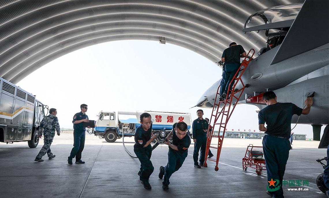 南部战区空军航空兵某旅组织全员全装空中加油
