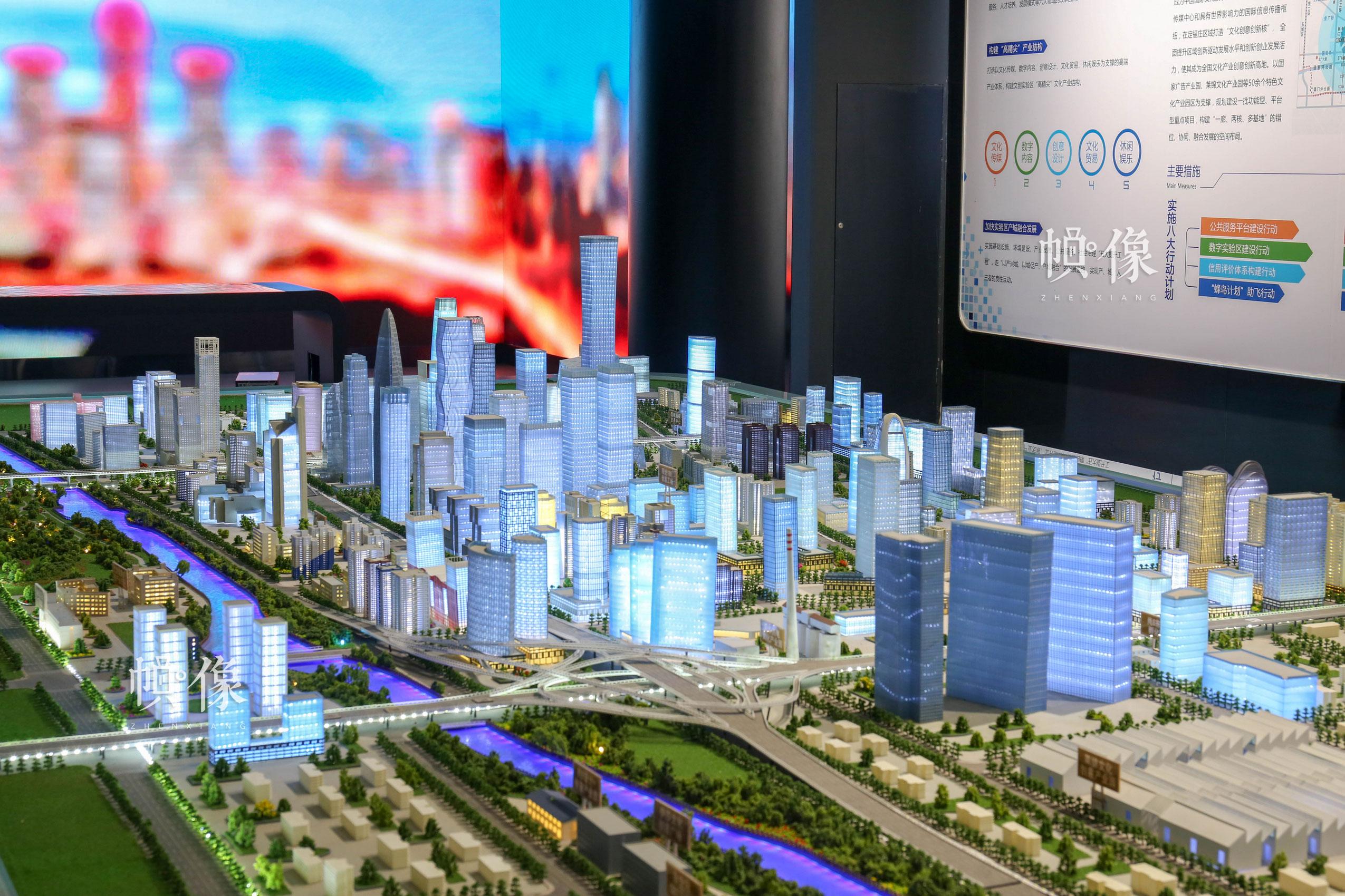 朝阳规划艺术馆未来空间展区展示朝阳区实景沙盘。中国网记者 赵超 摄