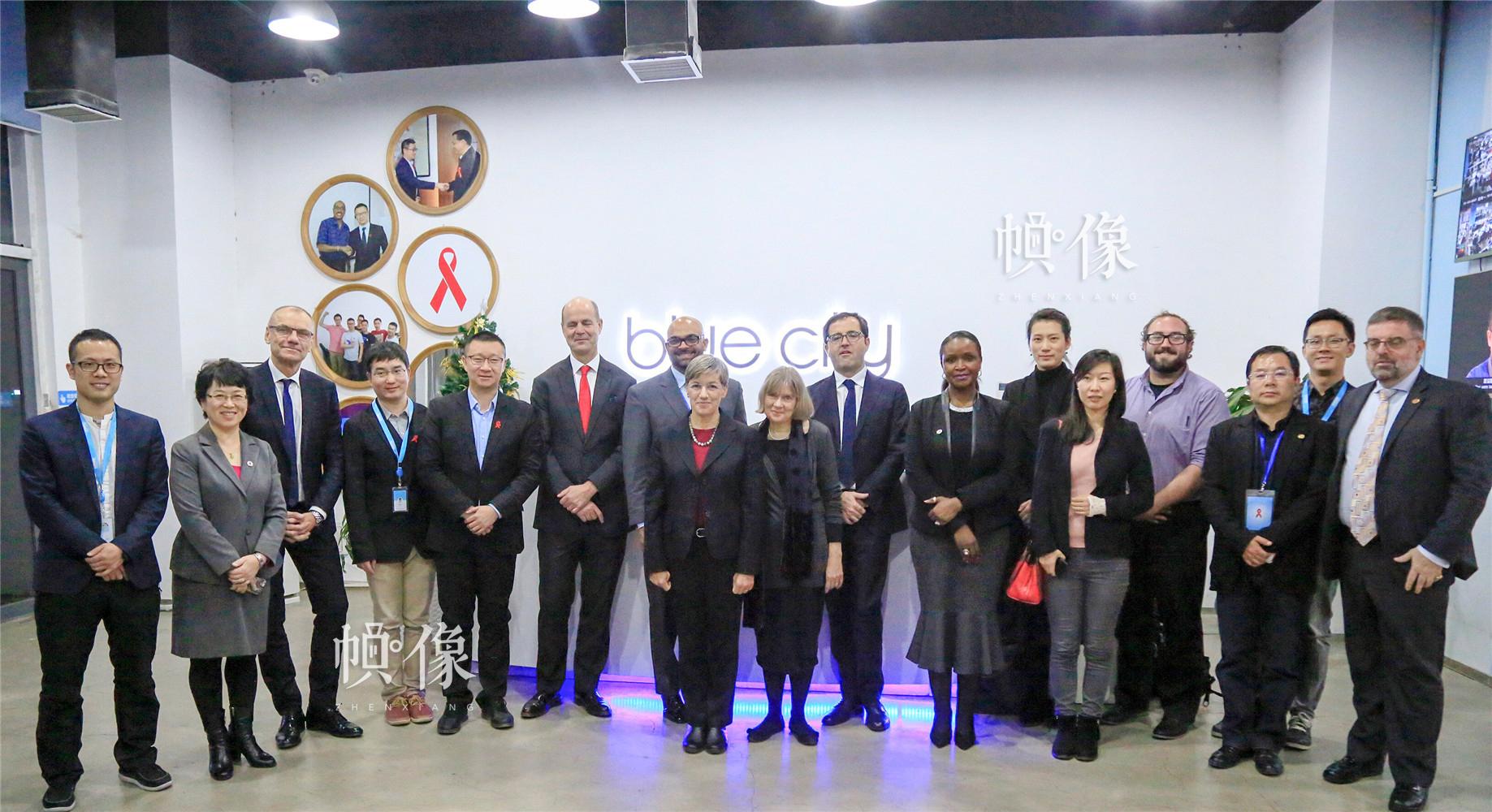 """2017年11月,在国家卫计委、科技部主办的艾滋病防治国际研讨会上,联合国艾滋病规划署快速通道执行司司长Tim Martineau在主旨发言中盛赞了Blued在艾滋病防治中取得的""""杰出成就"""",并倡导全球应在""""互联网+艾滋病防治""""方面向中国学习,相关部委领导出席会议并致辞。图为Tim一行十余位国际防艾专家到访Blued公司。Blued 供图"""