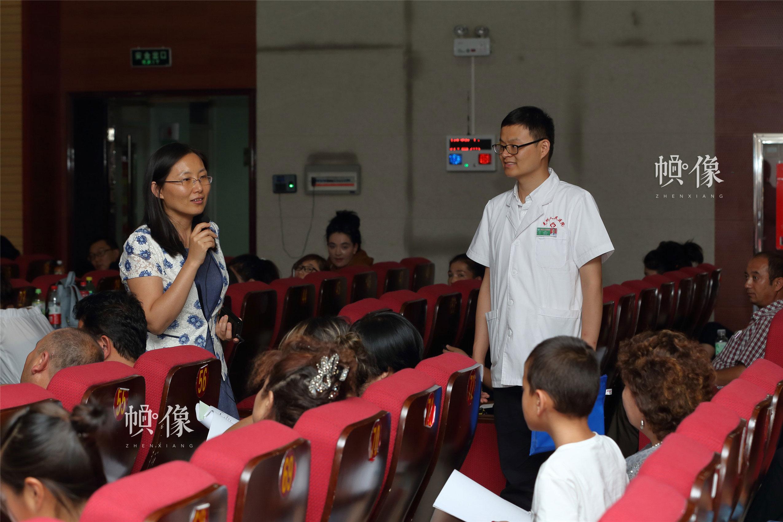 """图为北大医院主任医师、""""全国儿科医师专项培训项目"""" 培训课程设置负责人齐建光为当地医生进行培训。中国网记者 陈维松 摄"""