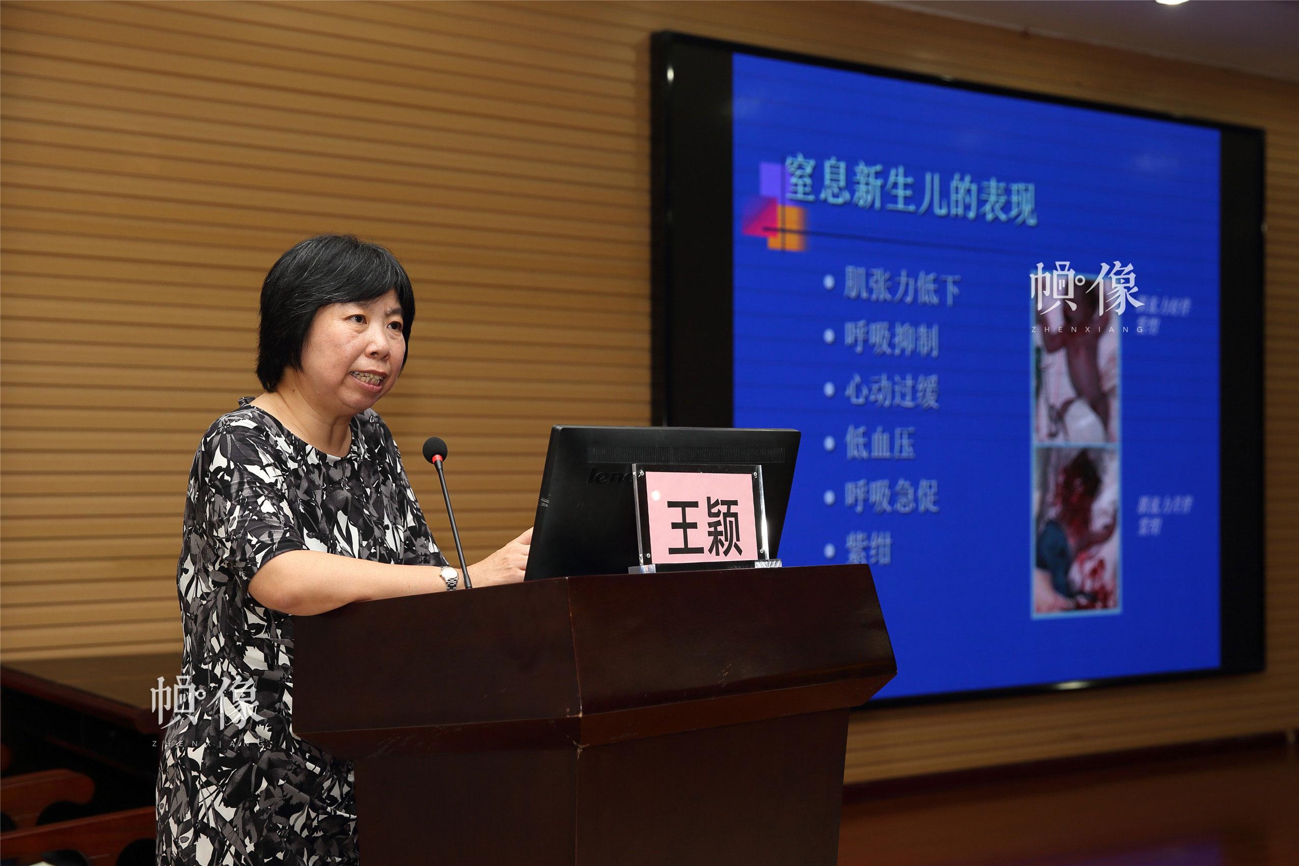 北大医院新生儿科重症监护室王颖教授为当地医生进行培训。中国网记者 陈维松 摄