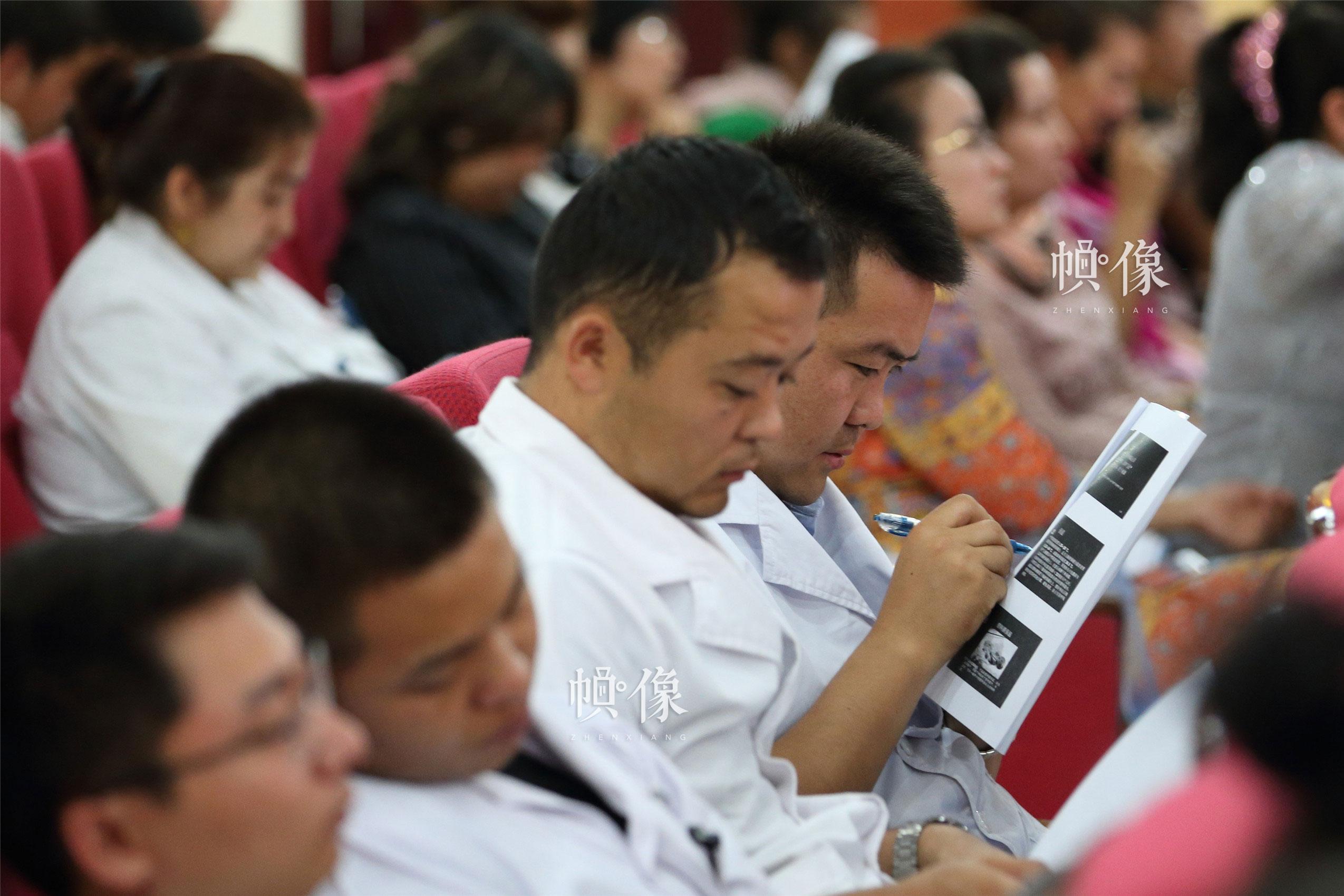 新疆克州阿合奇镇卫生院科主任托合塔洪填写儿科医师专项培训项目调查问卷。中国网记者 陈维松 摄