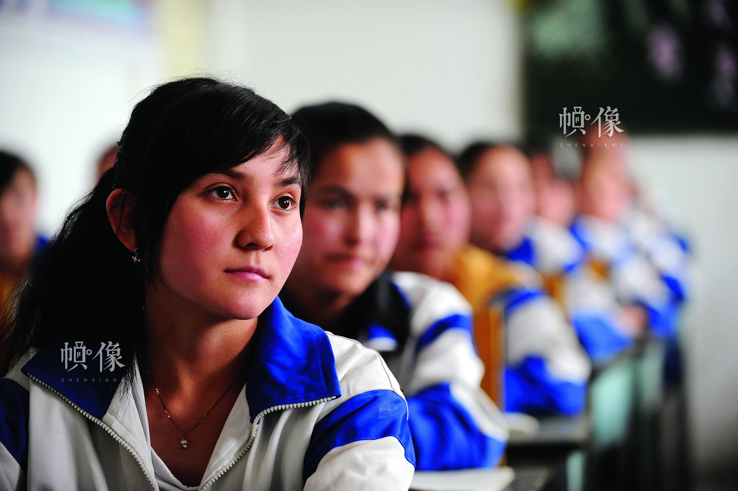 新疆自治区和田一中春蕾高中班,40名少数民族春蕾生正在孜孜不倦地学习。中国儿基会供图