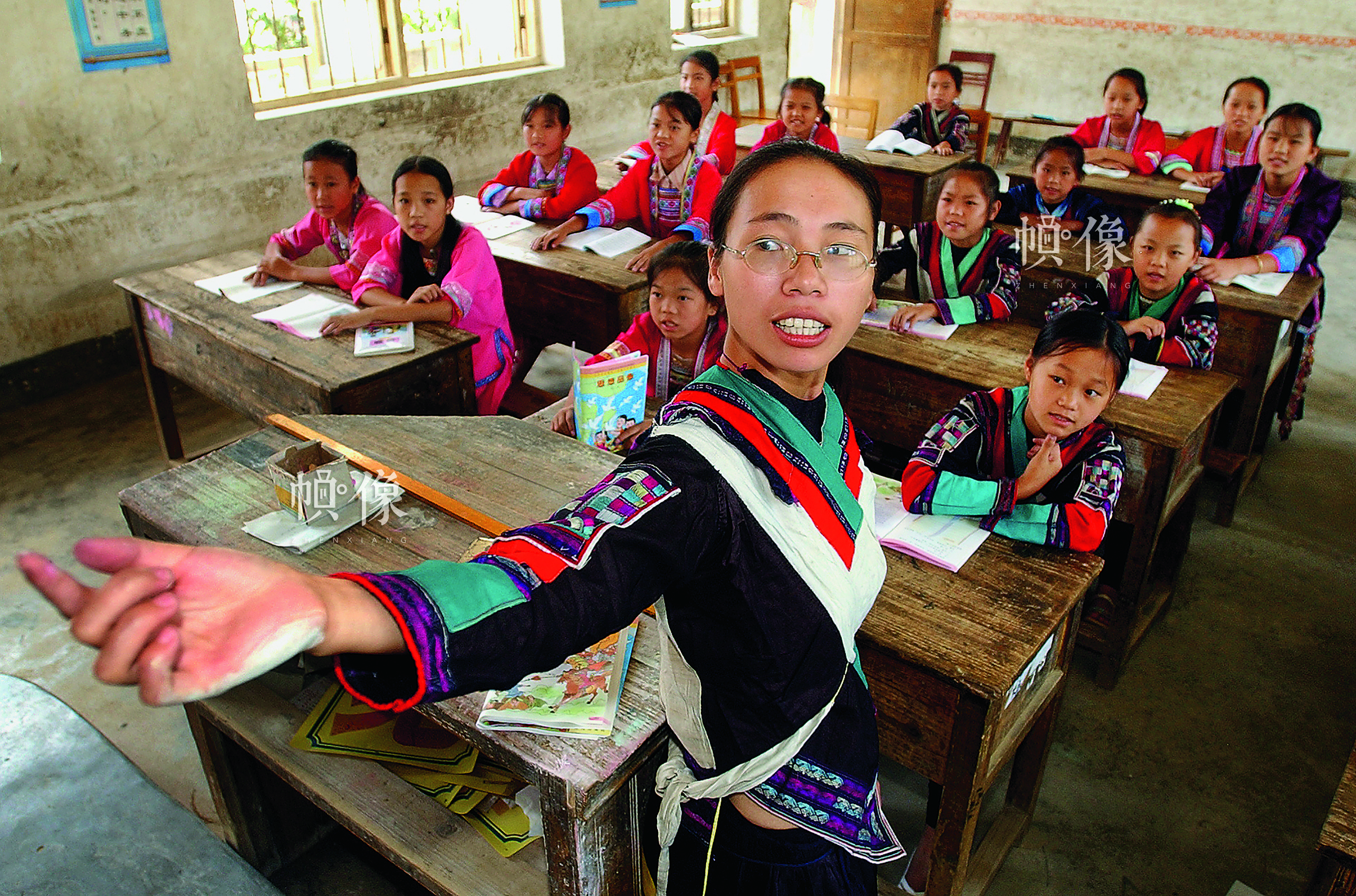 凤桂鲜,1988年受到春蕾计划资助,现在广西柳州市融水县民族小学任教,是融水县苗族自治县首位红瑶女教师。 雷声 摄