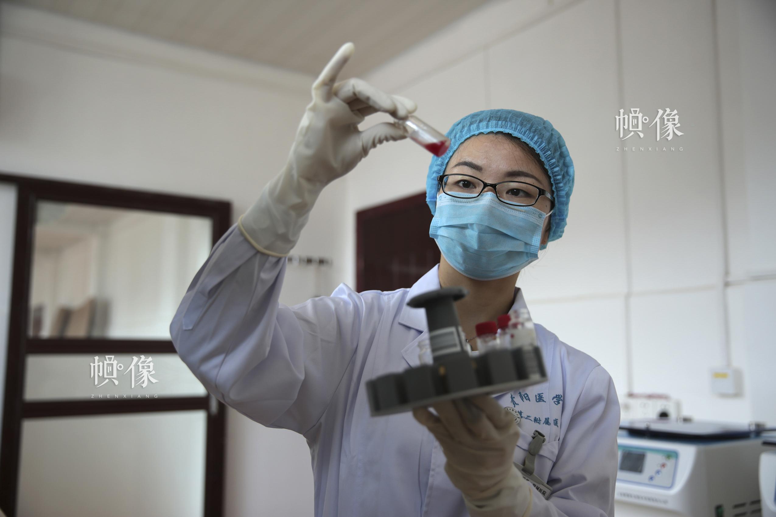 潘胜琼,苗族,2004年起接受资助,现在贵阳医学院第二附属医院检验科工作。中国儿基会供图