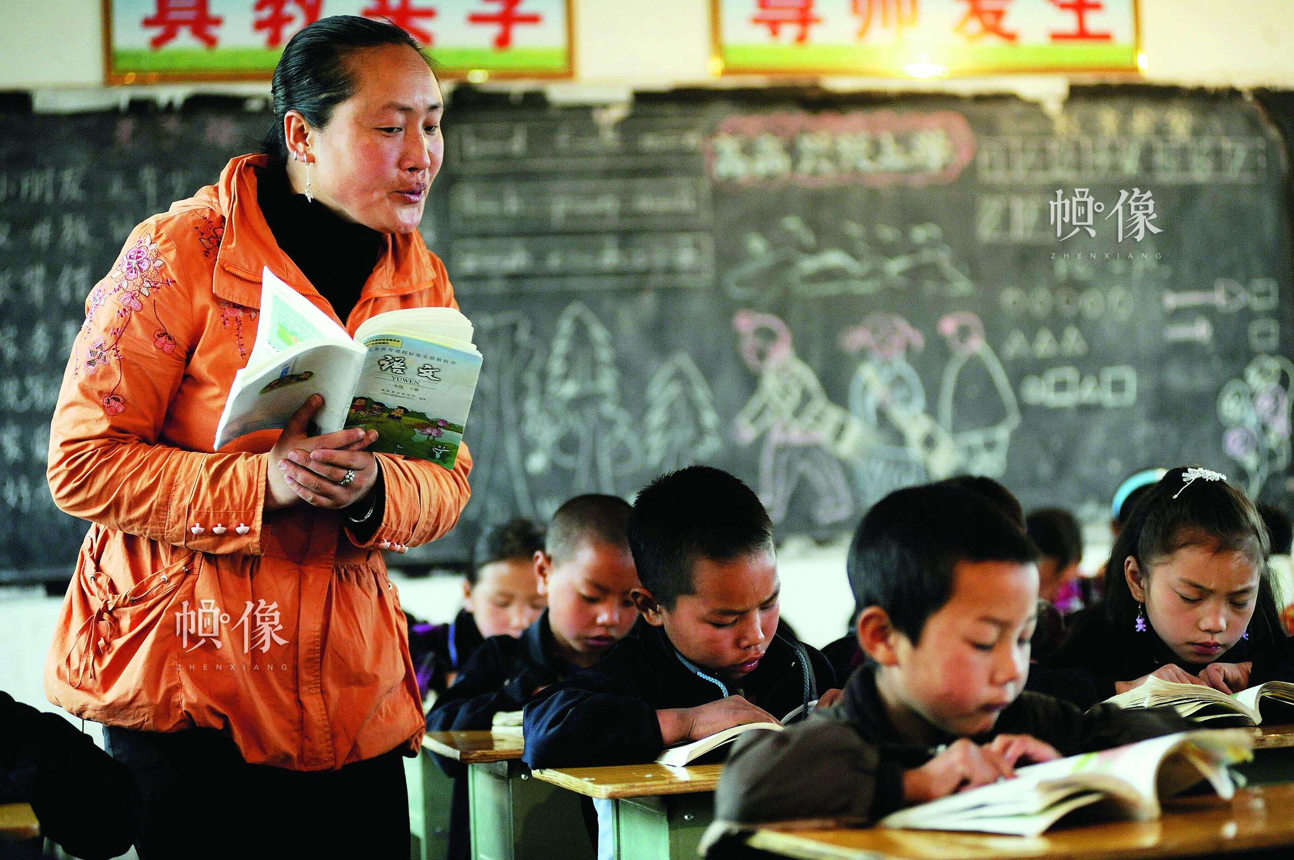 吉地莫史刘,彝族,四川省布拖县第一届春蕾班学生,现为布拖县特木里中心小学语文老师。中国儿基会供图