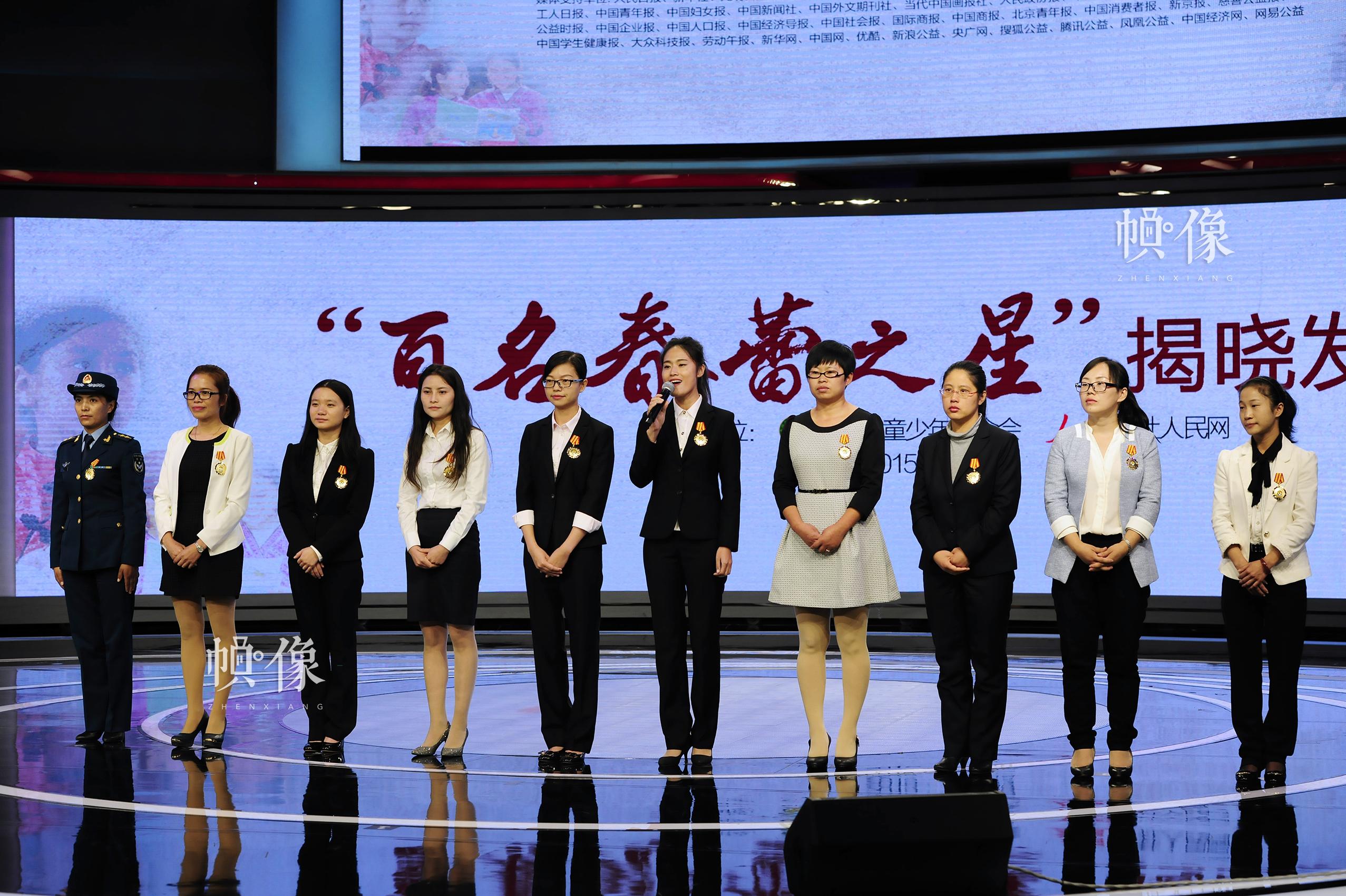 """""""百名春蕾之星""""代表现场讲述自己与春蕾的故事,表达对社会各界爱心资助的感恩之情。中国儿基会供图"""