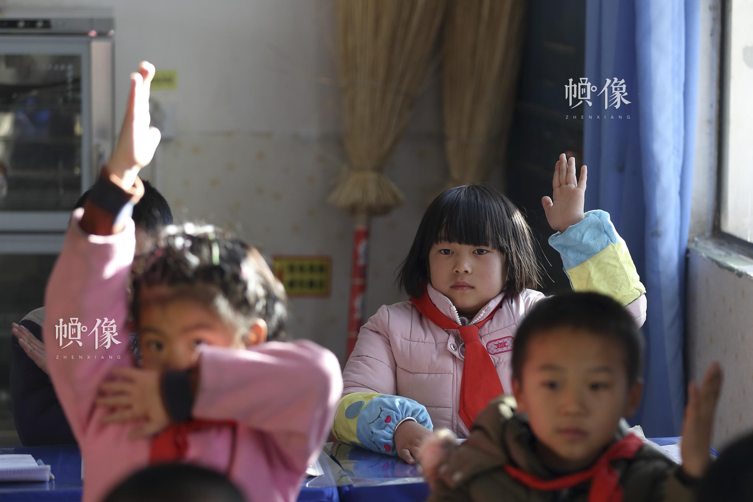 六岁的马蓉举手回答老师问题。这个性格内向的小女孩学习很认真,数学成绩在班里总能排到前两名?!拔蚁不渡涎?,因为可以学到很多知识?!敝泄钦?陈维松 摄