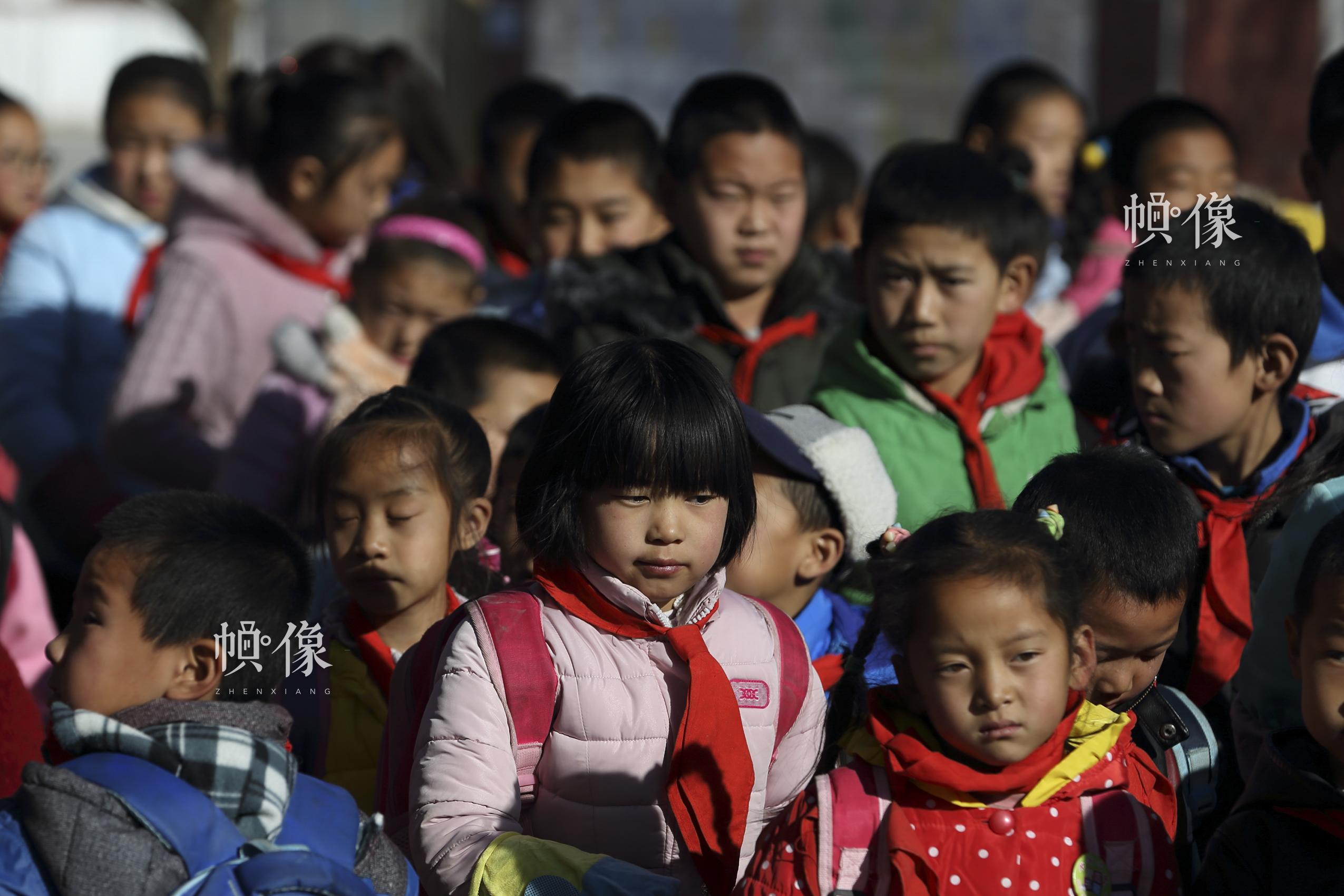 中午放学时,兄妹两人在校门口排队。中国网记者 陈维松 摄