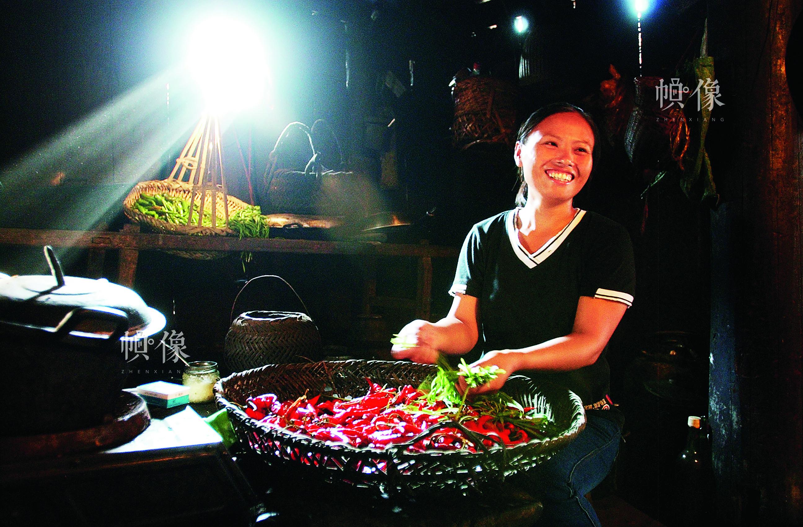"""戴妹省是全国第一批""""春蕾女童"""",现在是广西融水县拱洞乡的一名计生干部。中国儿基会供图"""